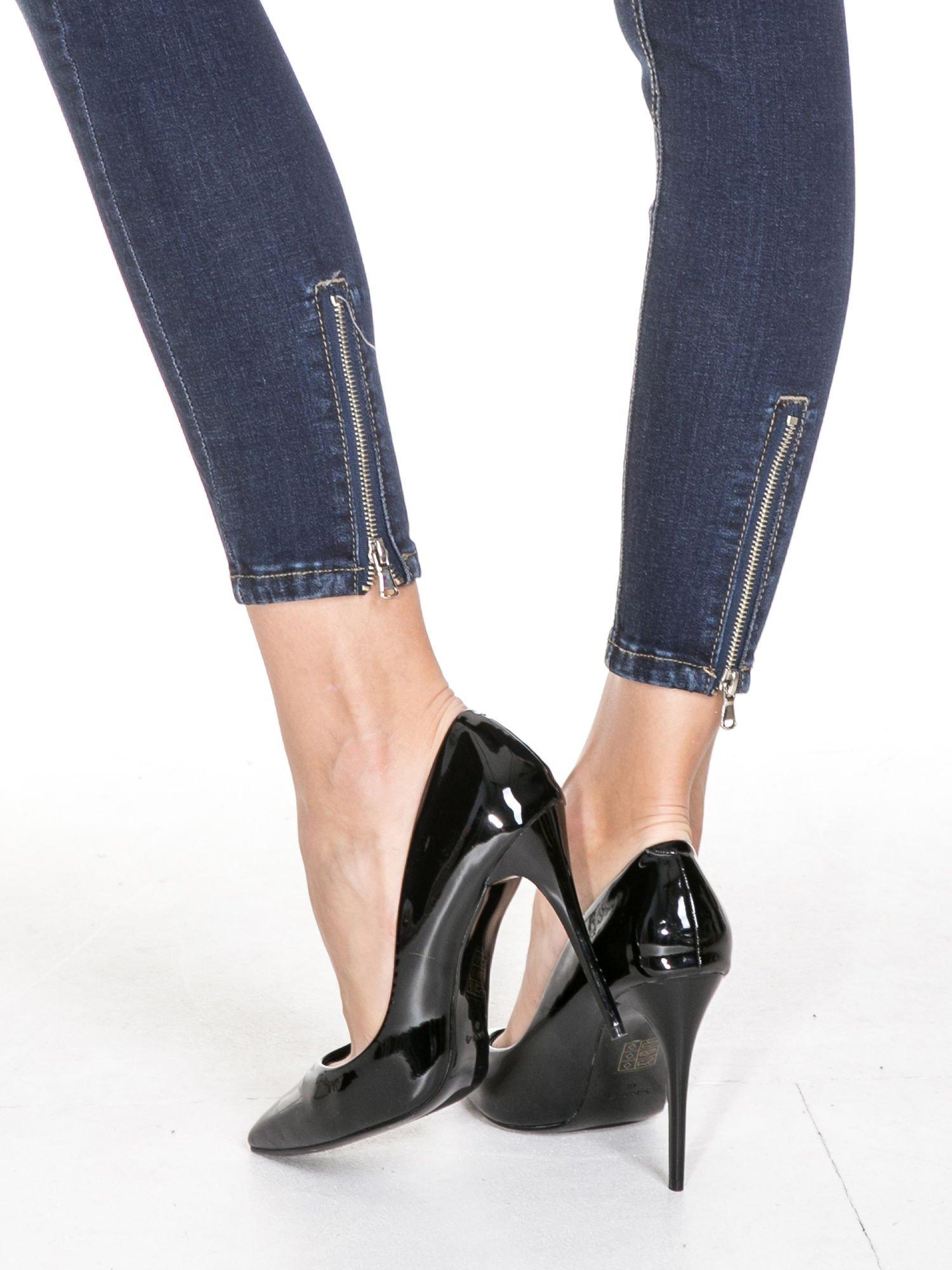Granatowe spodnie skinny jeans z zamkami na dole                                  zdj.                                  8