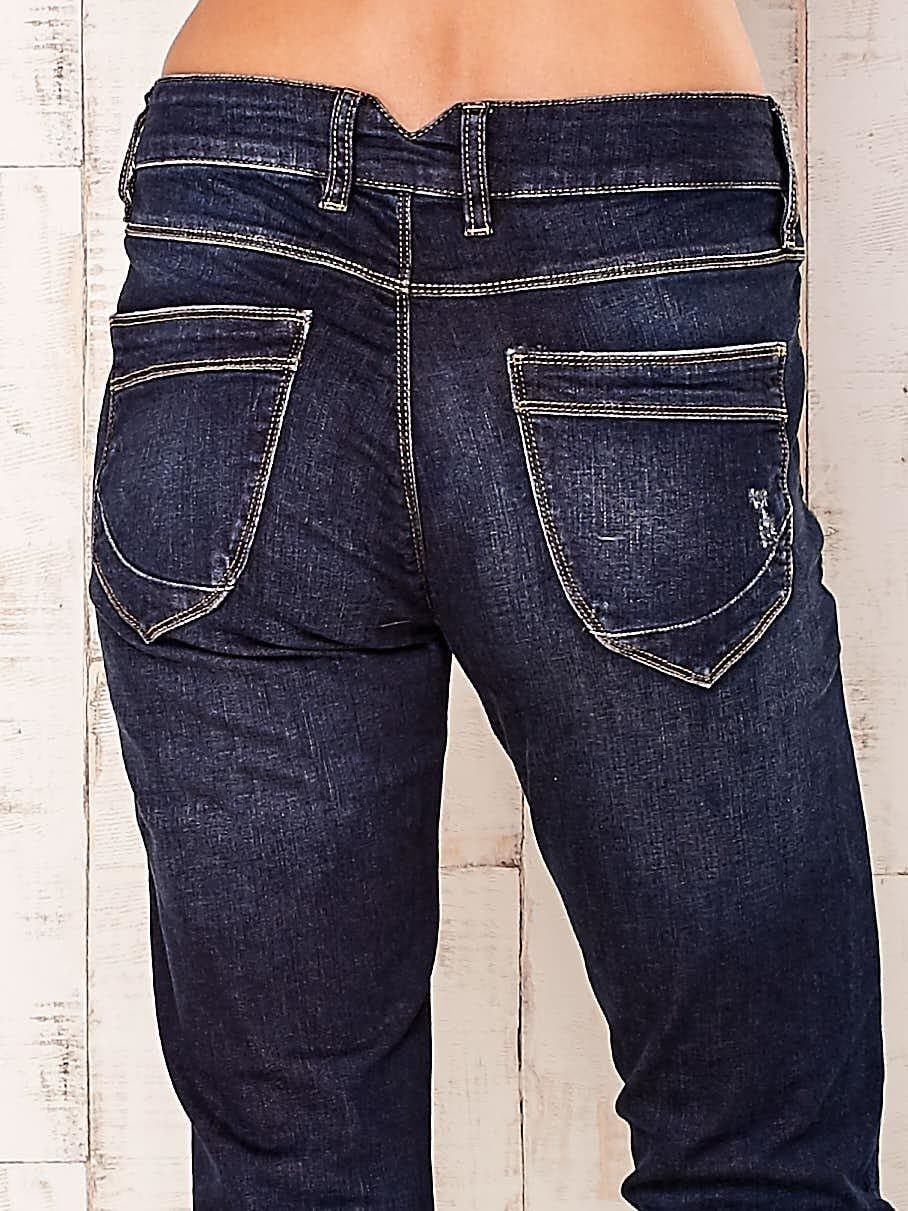 Granatowe spodnie z przetarciami                                  zdj.                                  5