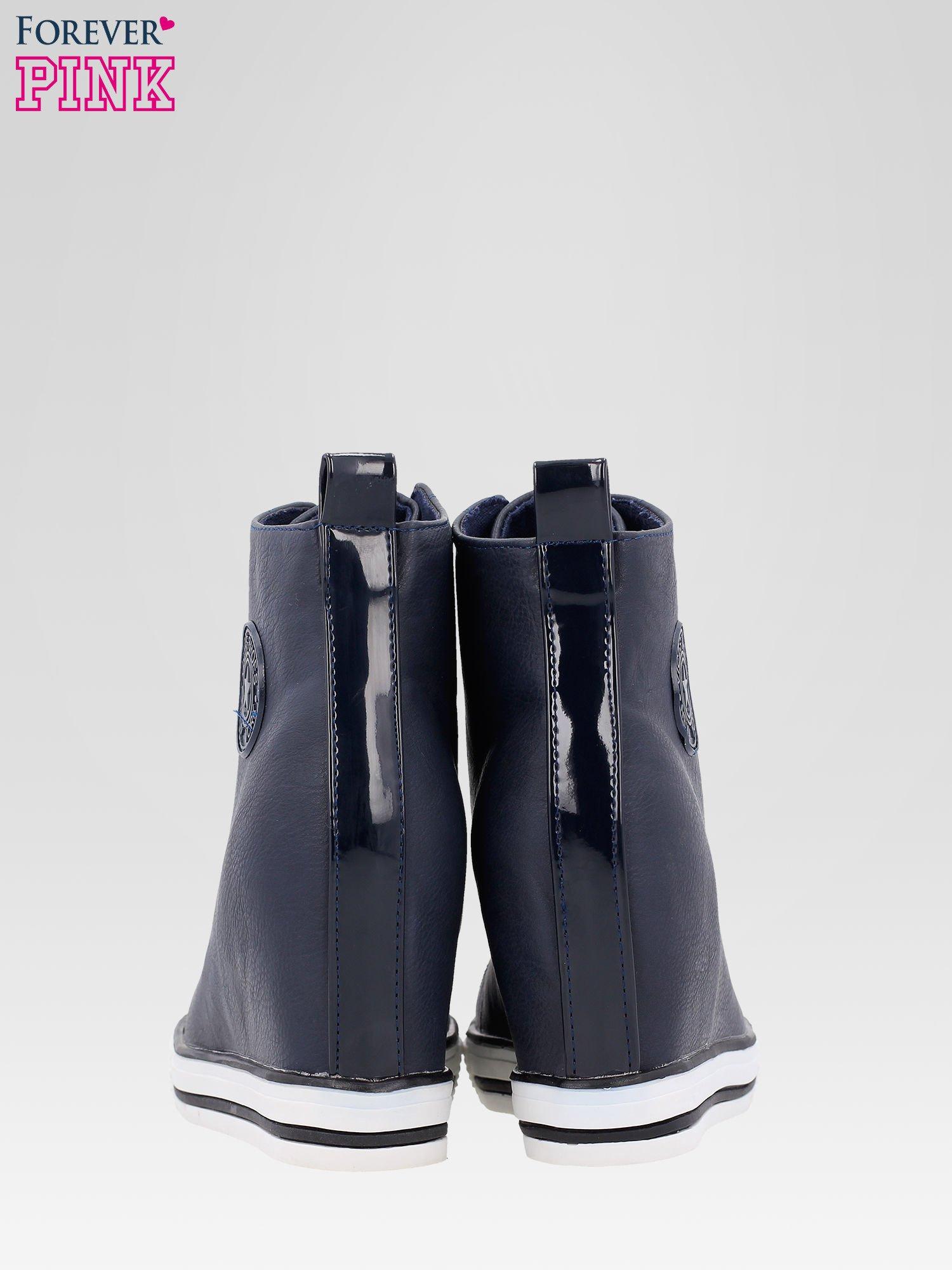 Granatowe trampki na koturnie w stylu sneakersów                                  zdj.                                  3