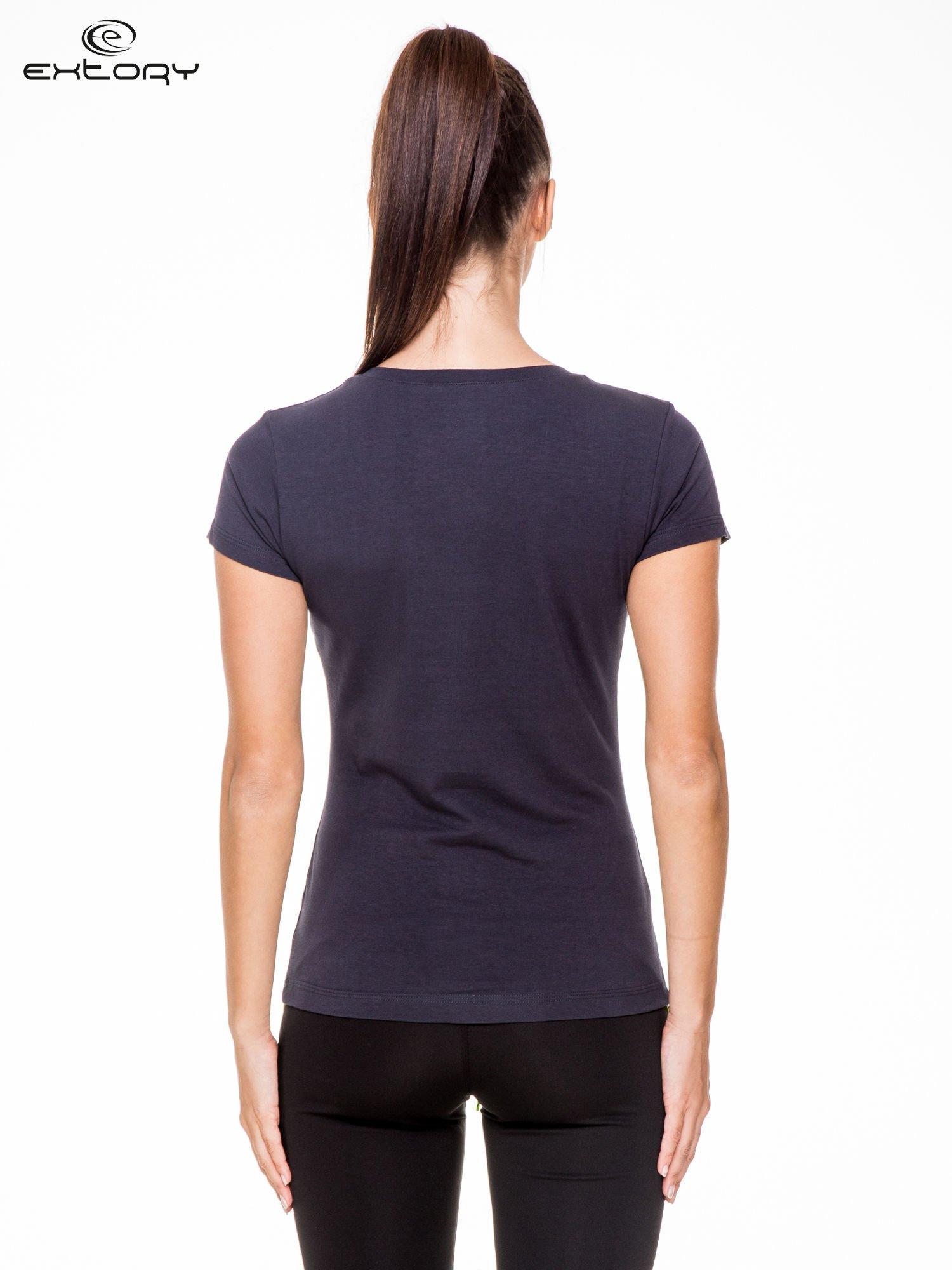 Granatowy damski t-shirt sportowy z modelującymi przeszyciami                                  zdj.                                  4