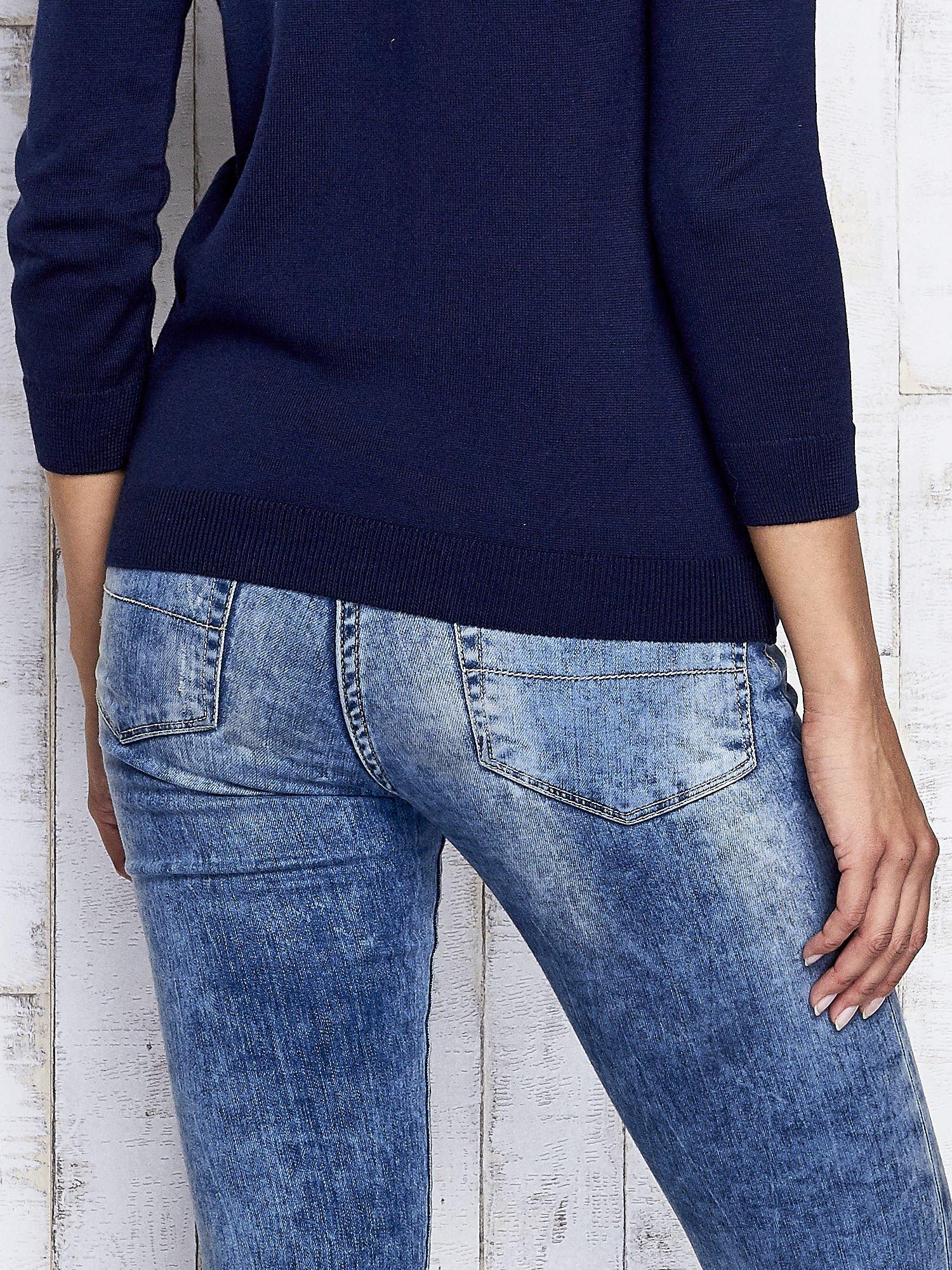 Granatowy kwiatowy sweter z łączonych materiałów                                  zdj.                                  5