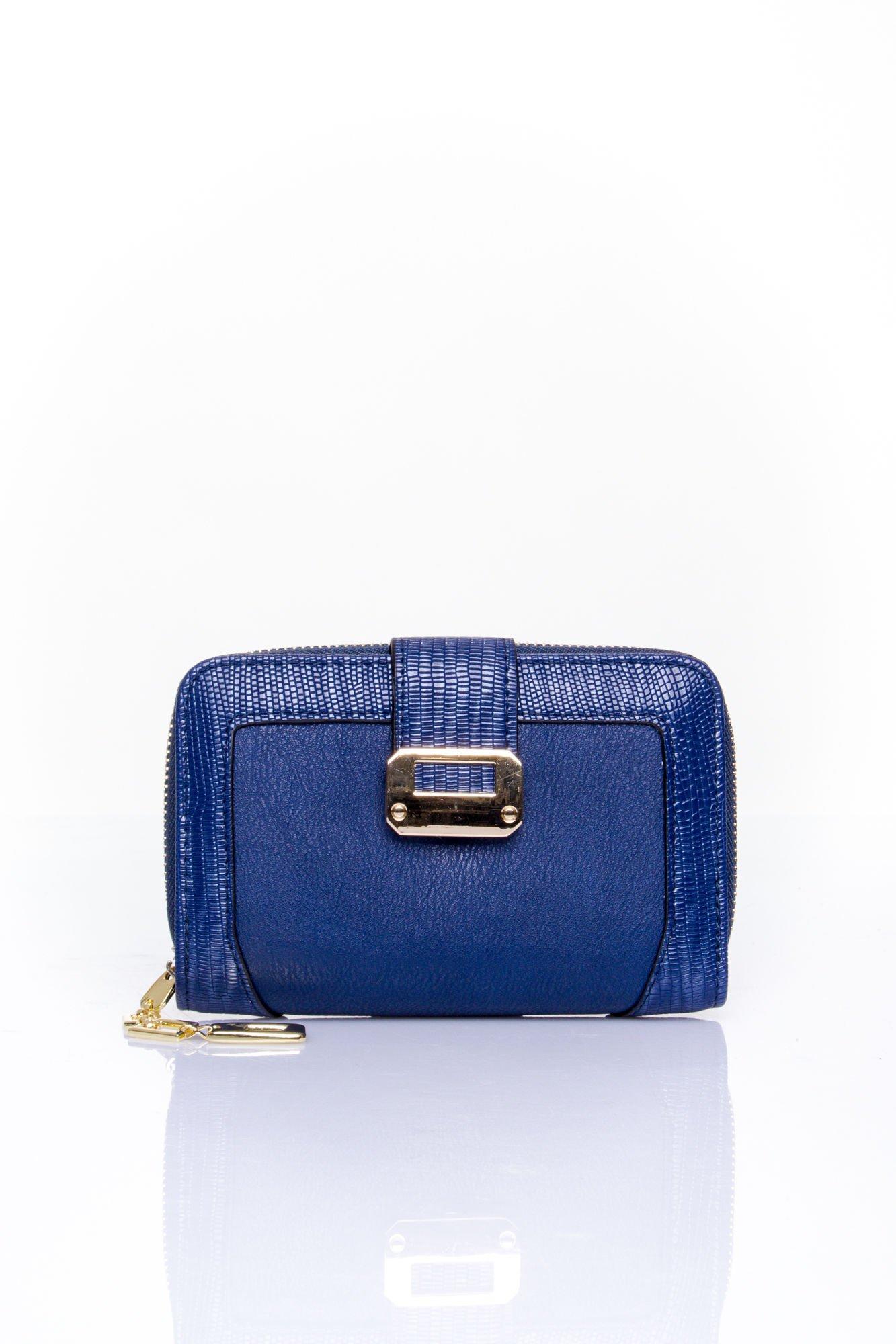 Granatowy portfel z ozdobną złotą klamrą                                  zdj.                                  1