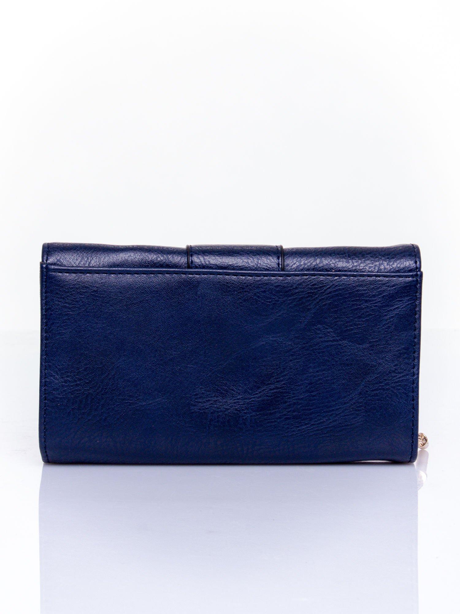 Granatowy portfel z ozdobnym zapięciem                                  zdj.                                  2