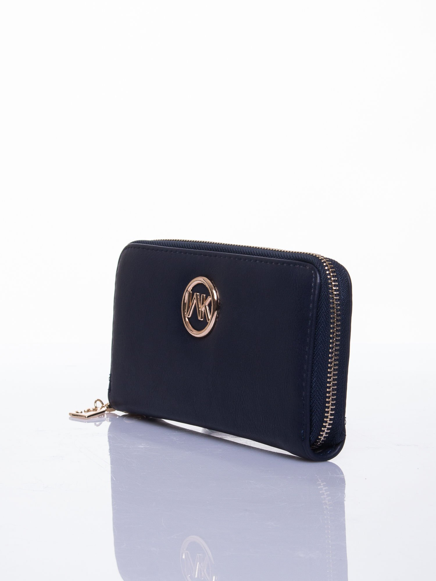 Granatowy portfel z uchwytem na rękę i złotym logiem                                  zdj.                                  2