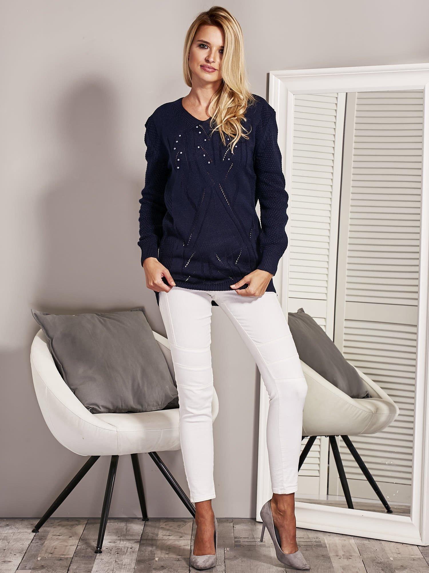 46778f8e9d20 Granatowy sweter damski z aplikacją z perełek - Sweter klasyczny ...