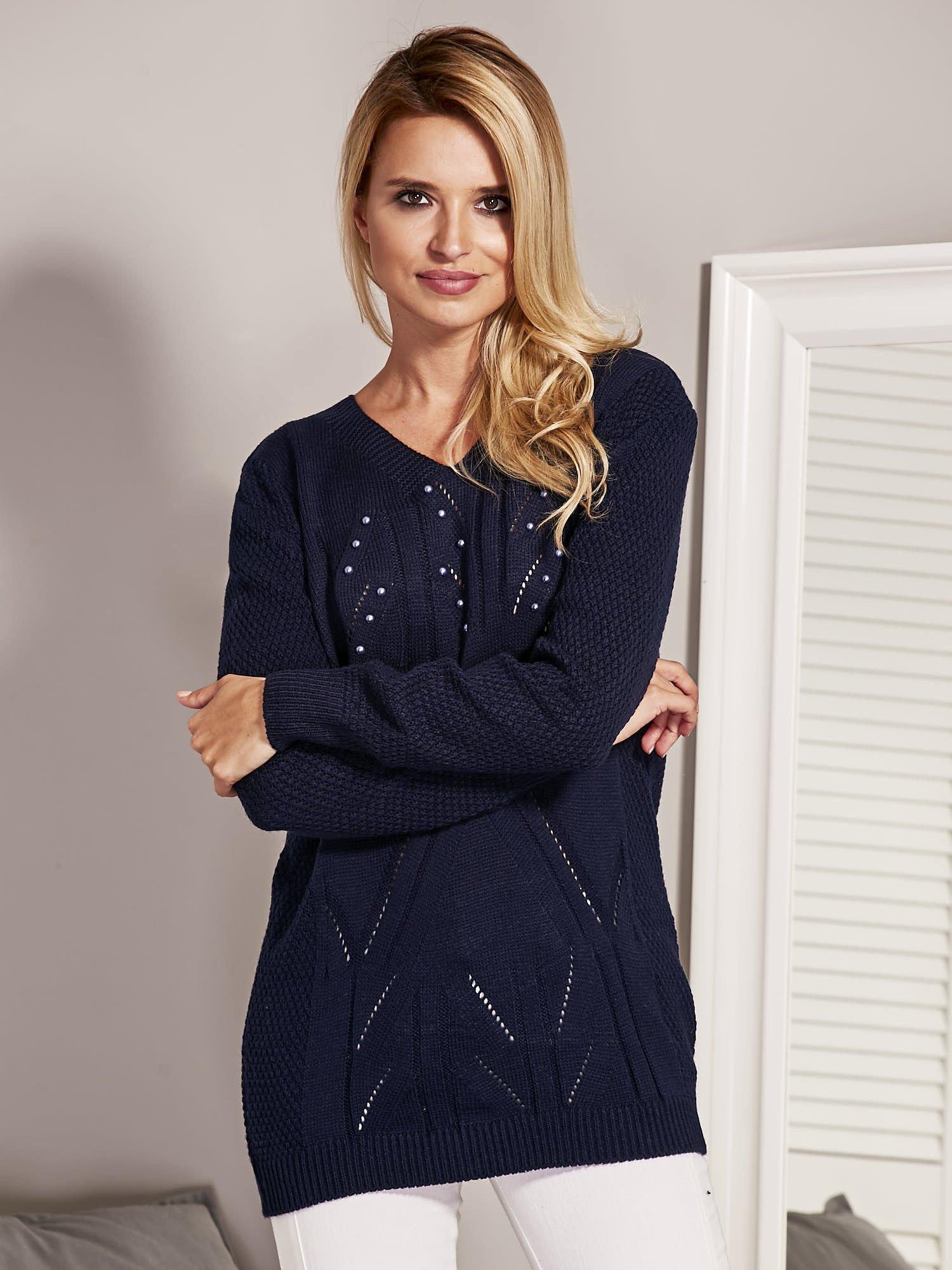 be0e98cf2ece Granatowy sweter damski z aplikacją z perełek - Sweter klasyczny - sklep  eButik.pl
