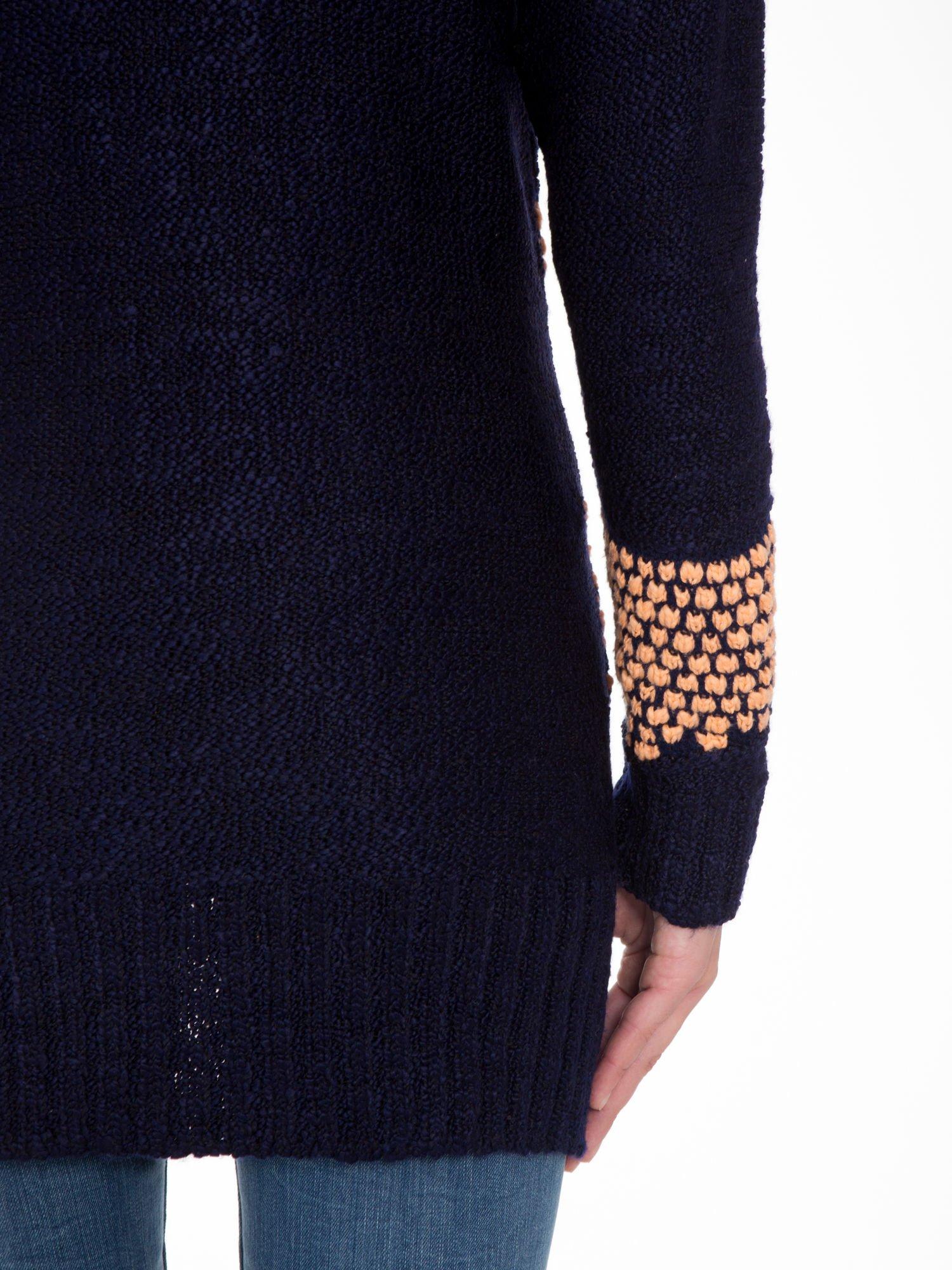 Granatowy sweter typu otwarty kardigan z ozdobnym ściegiem                                  zdj.                                  9