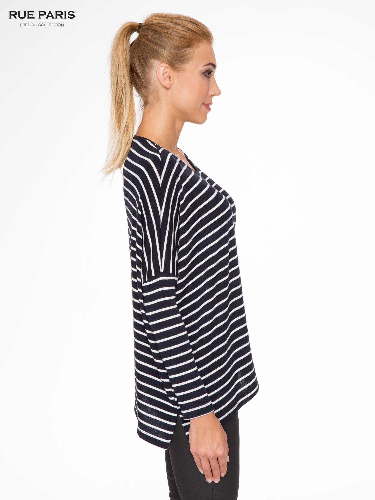 Granatowy sweter w białe paski o kroju oversize                                  zdj.                                  3