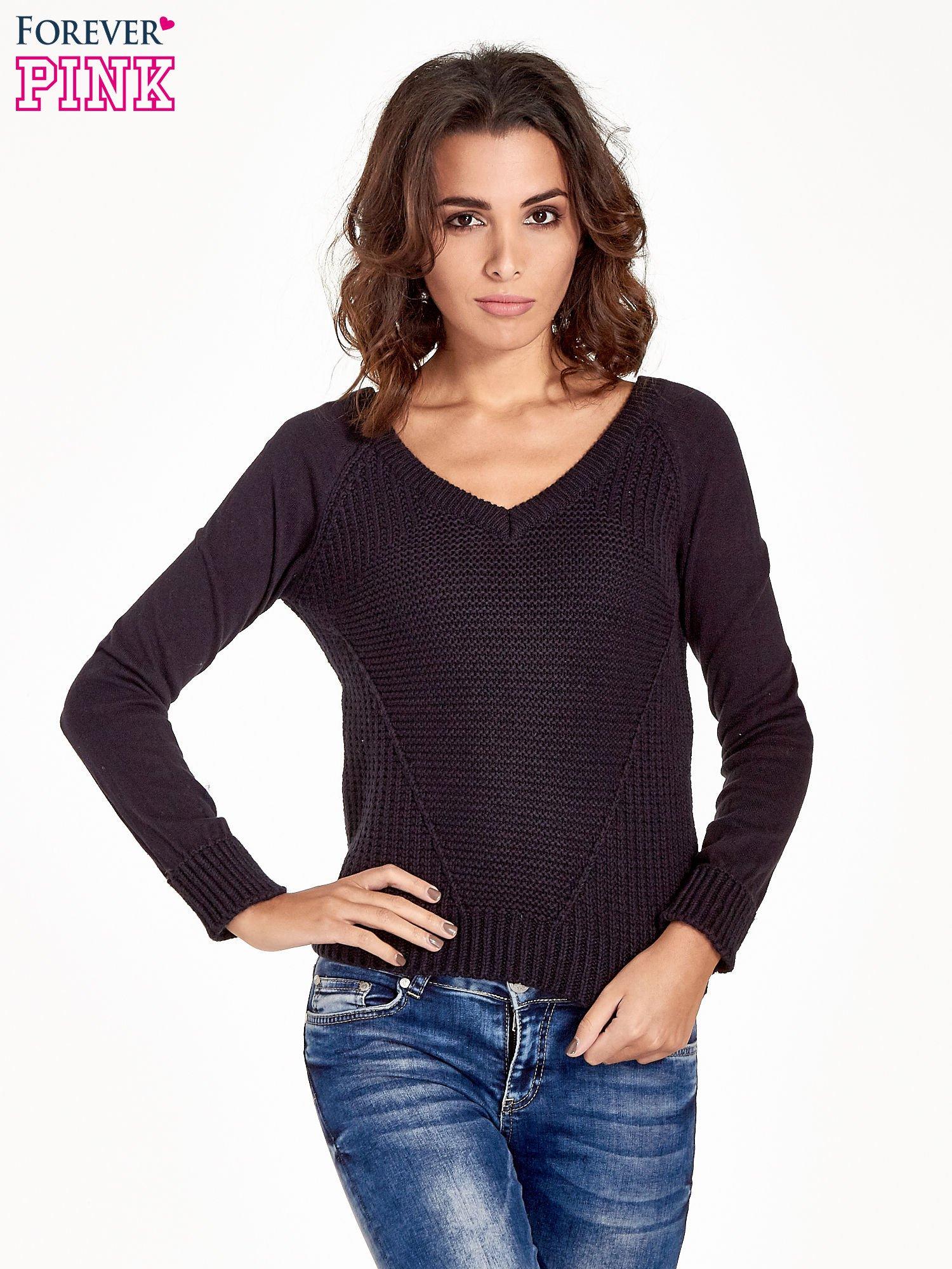 f41c0b06cb Granatowy sweter z dwustronnym dekoltem w serek - Sweter klasyczny ...