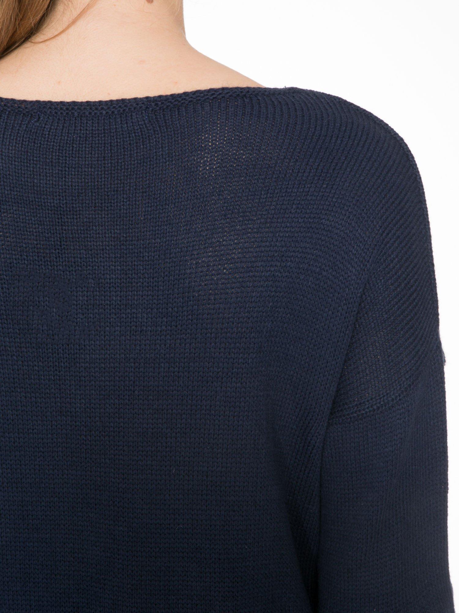 Granatowy sweter z nadrukiem WANTED i dżetami                                  zdj.                                  7