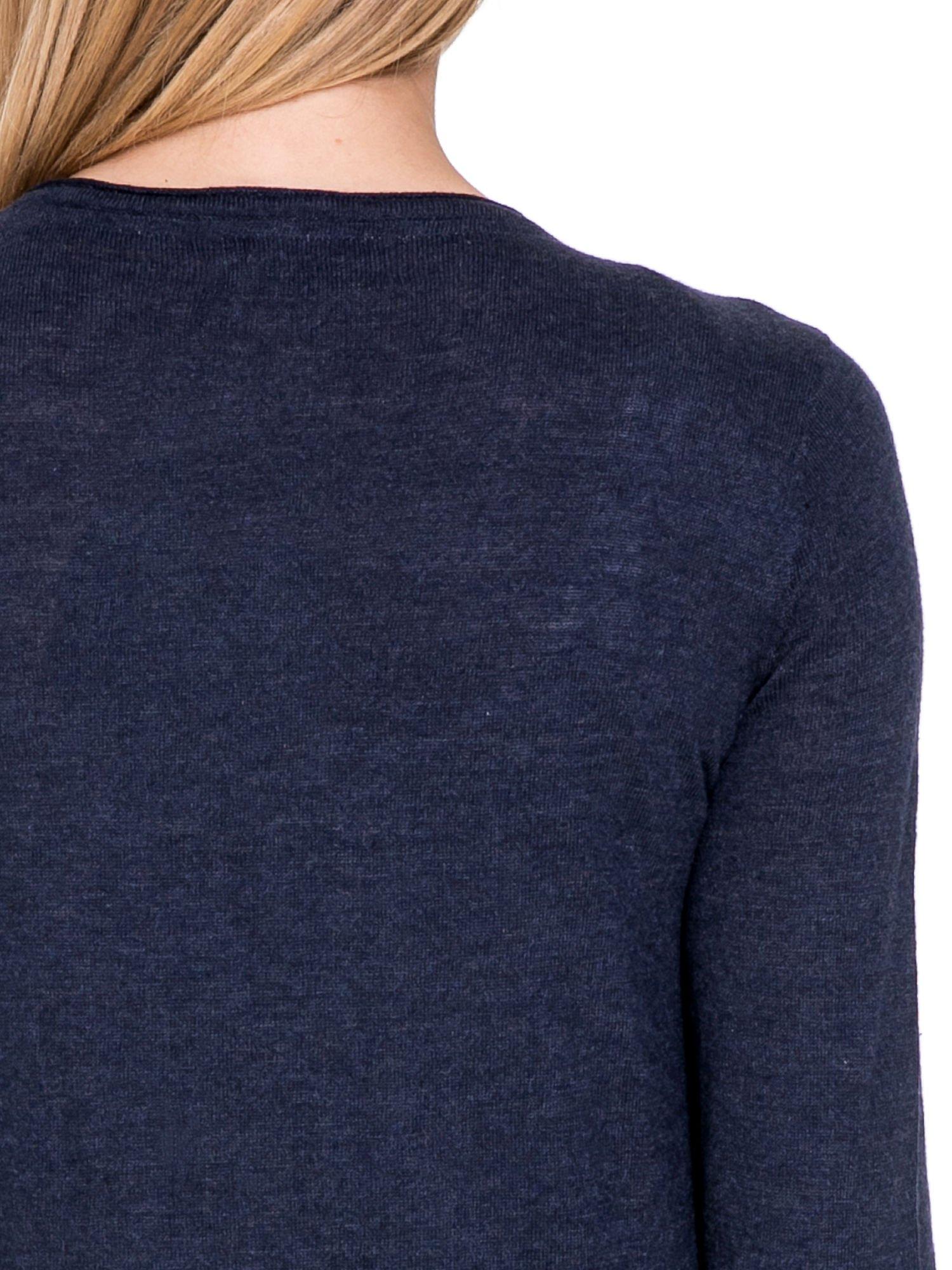 Granatowy sweterek kardigan o kaskadowym fasonie                                  zdj.                                  6