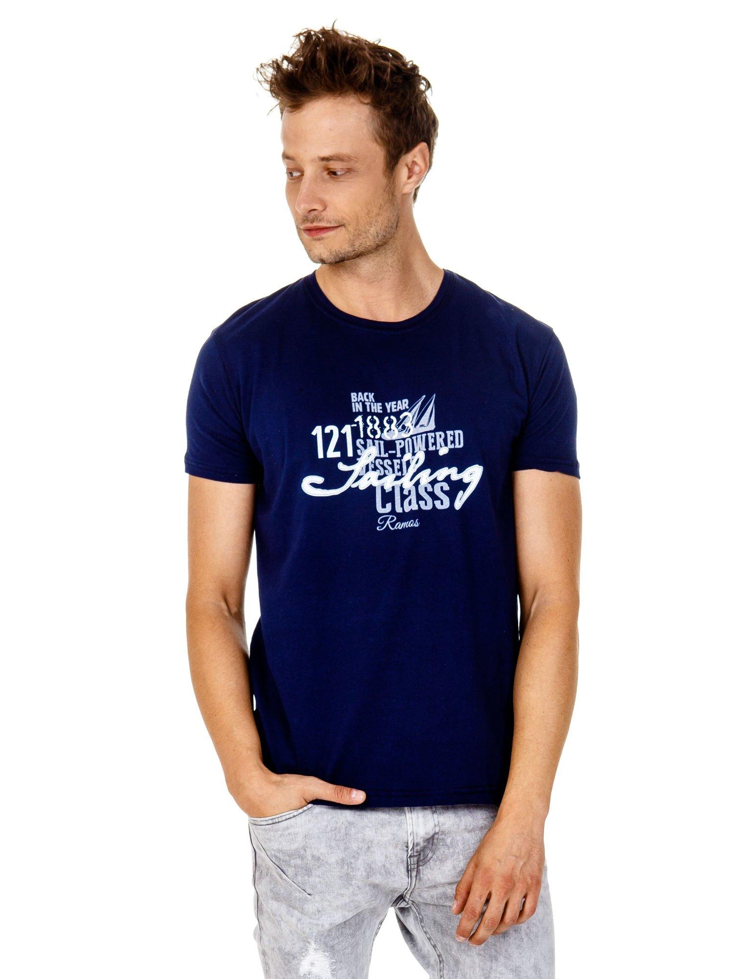 Granatowy t-shirt męski z marynarskim motywem i napisem SAILING                                  zdj.                                  2