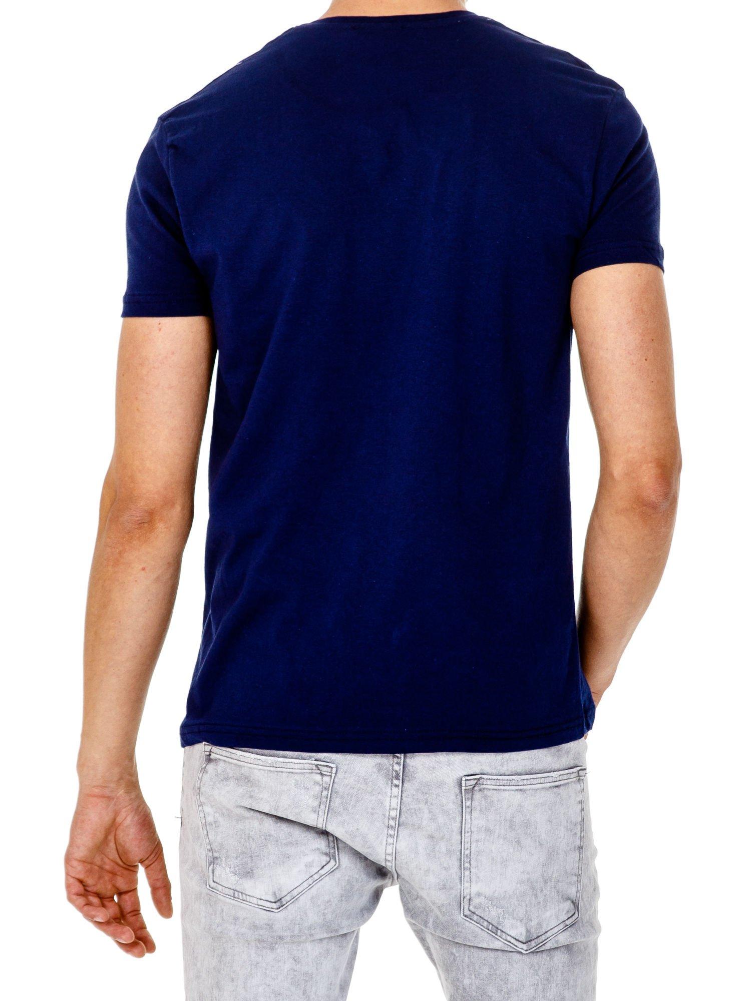 Granatowy t-shirt męski z marynarskim motywem i napisem SAILING                                  zdj.                                  5