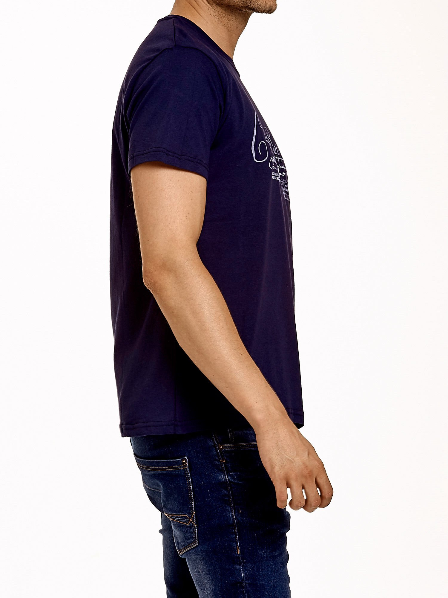 Granatowy t-shirt męski z napisami i liczbą 83                                  zdj.                                  4