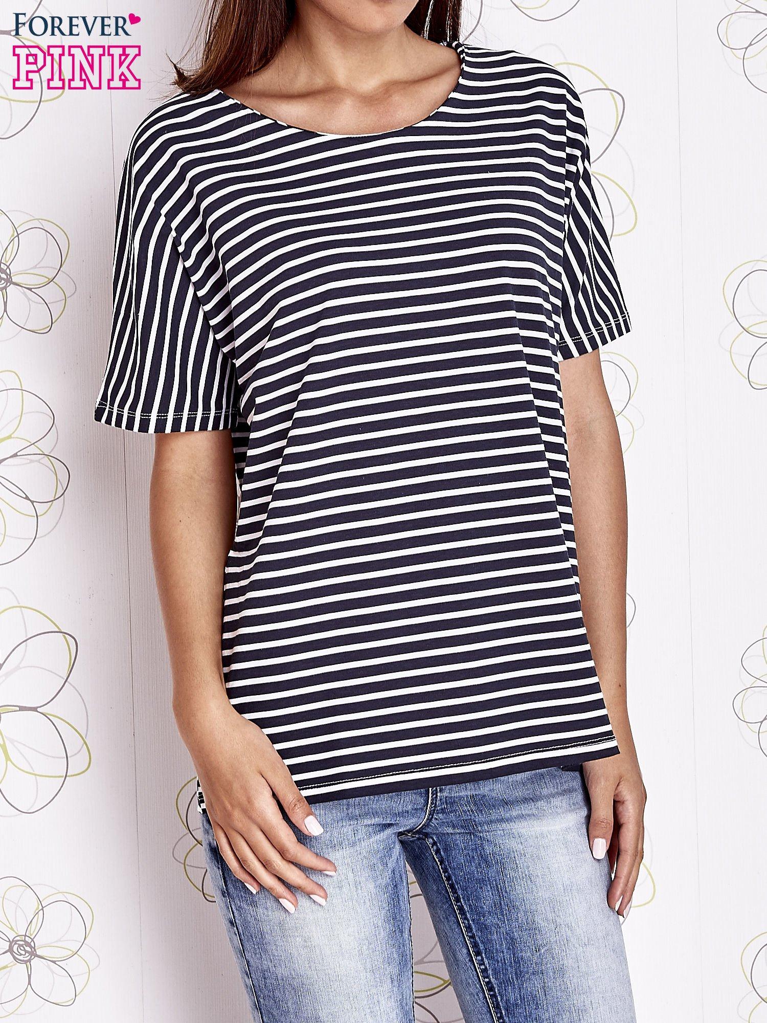 Granatowy t-shirt w paski z ozdobnym dekoltem na plecach                                  zdj.                                  1