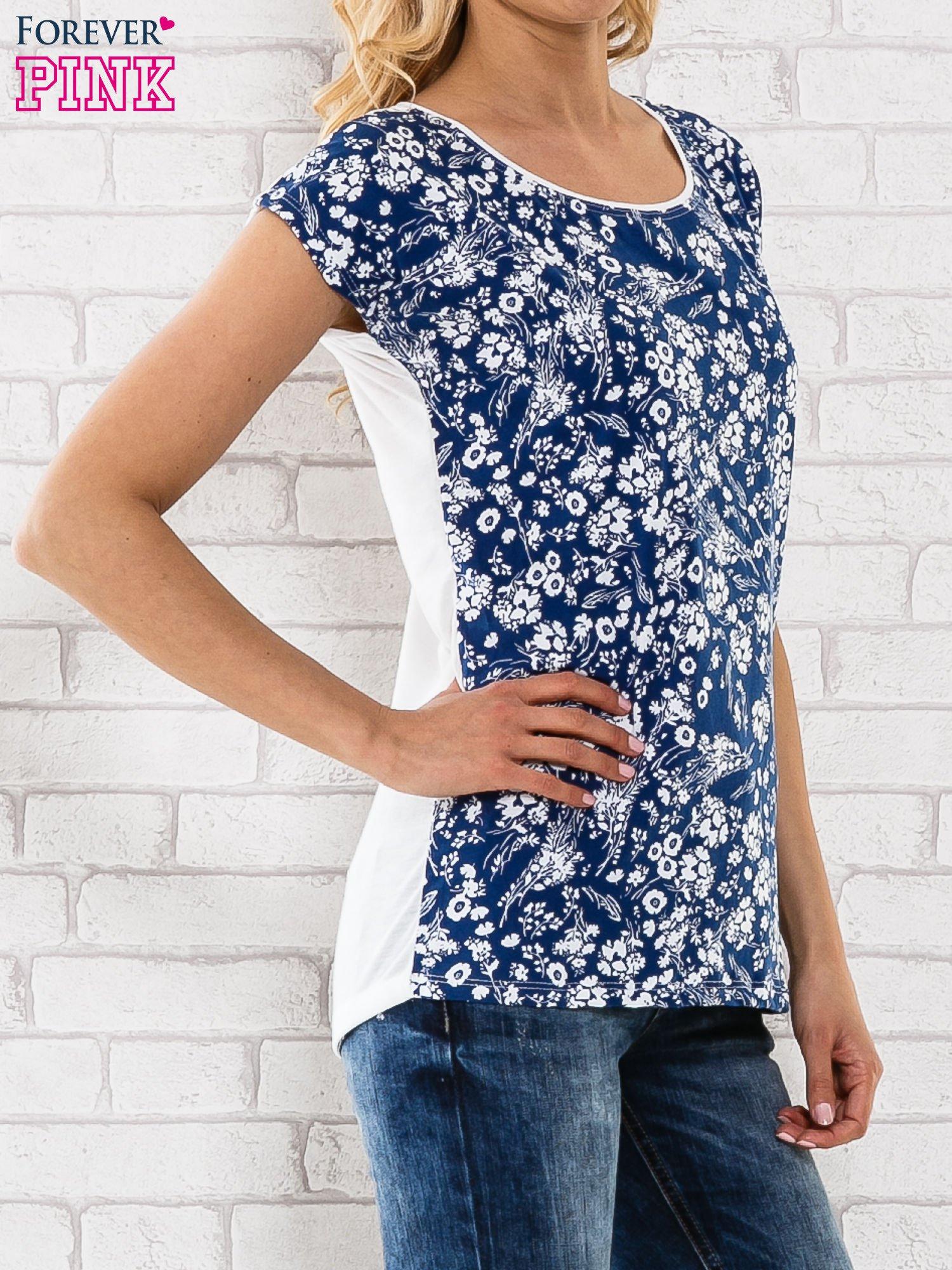 Granatowy t-shirt z białym kwiatowym motywem                                  zdj.                                  3