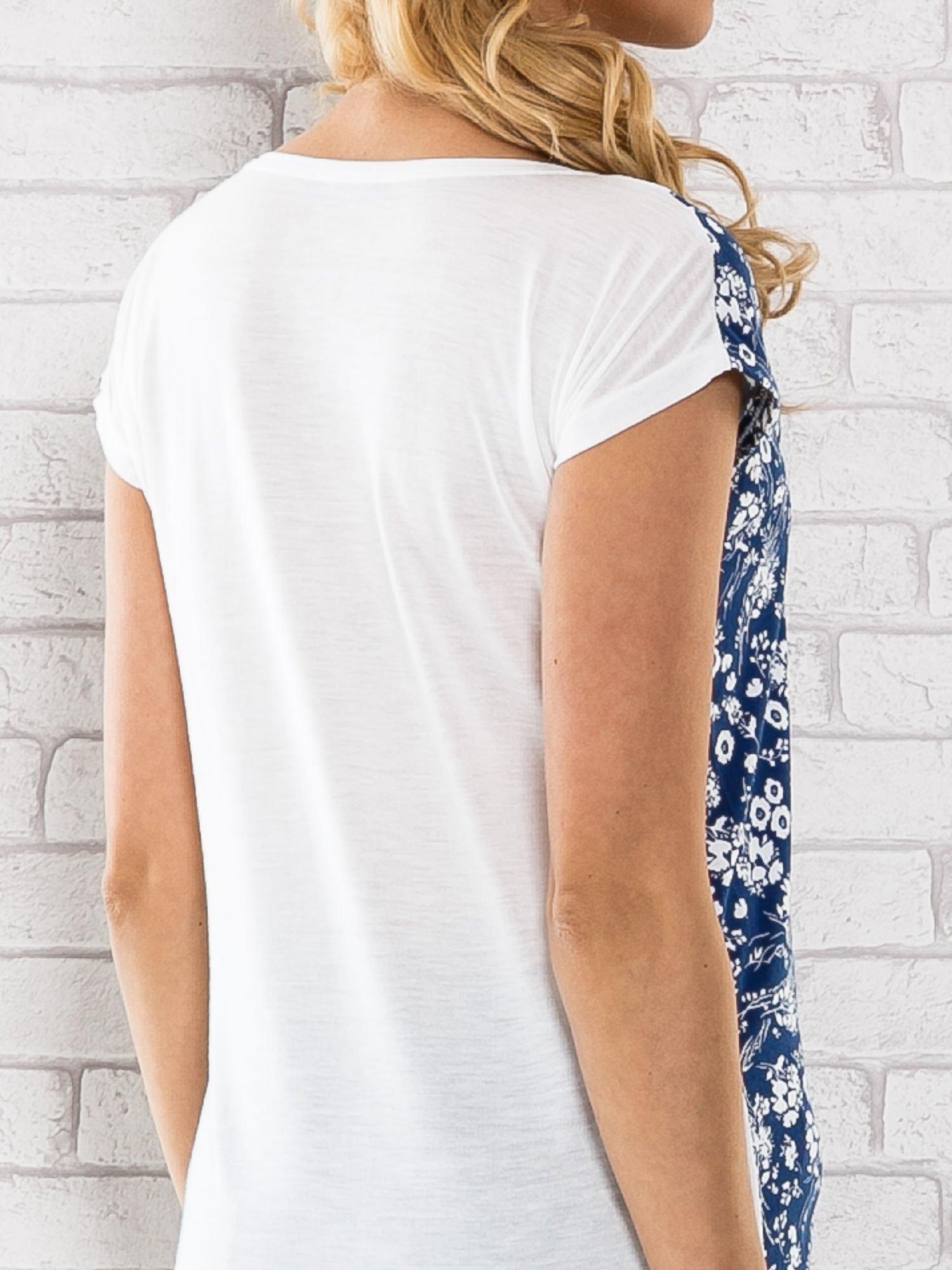 Granatowy t-shirt z białym kwiatowym motywem                                  zdj.                                  7