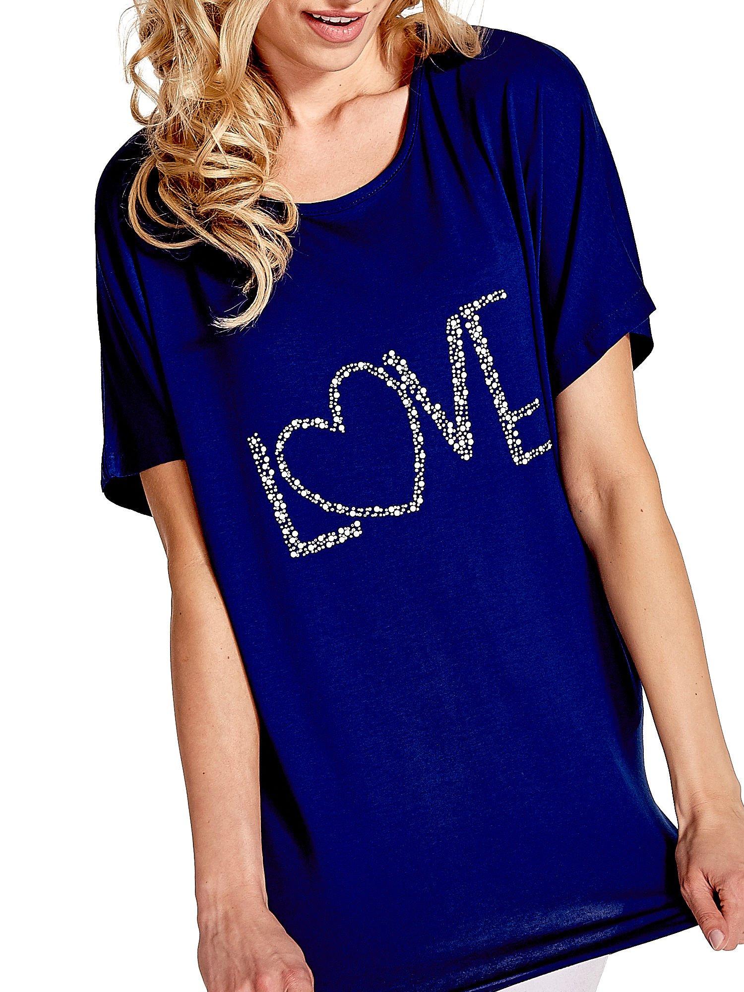 Granatowy t-shirt z biżuteryjnym napisem LOVE                                  zdj.                                  5
