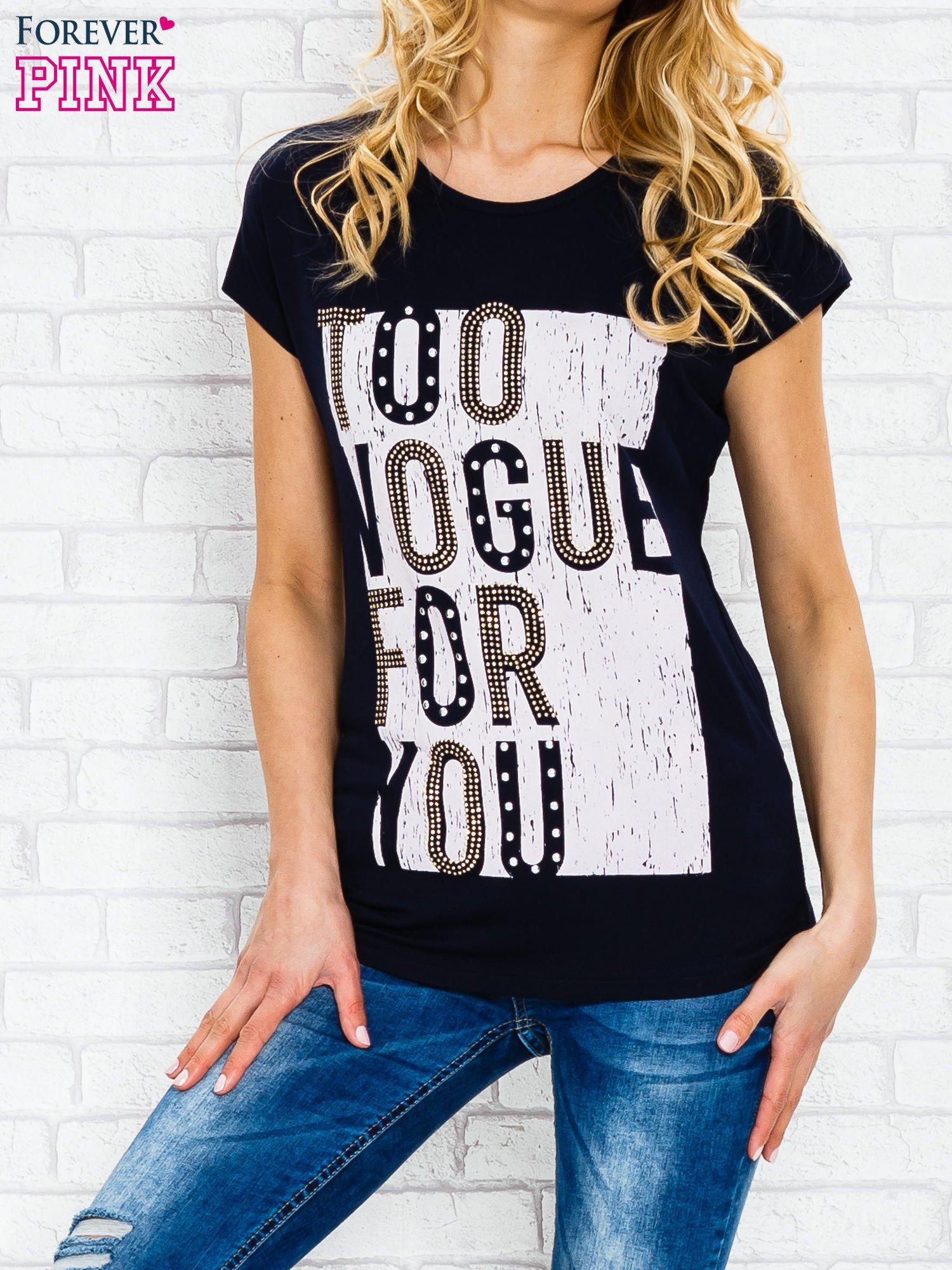 Granatowy t-shirt z napisem TOO VOGUE FOR YOU z dżetami                                  zdj.                                  1