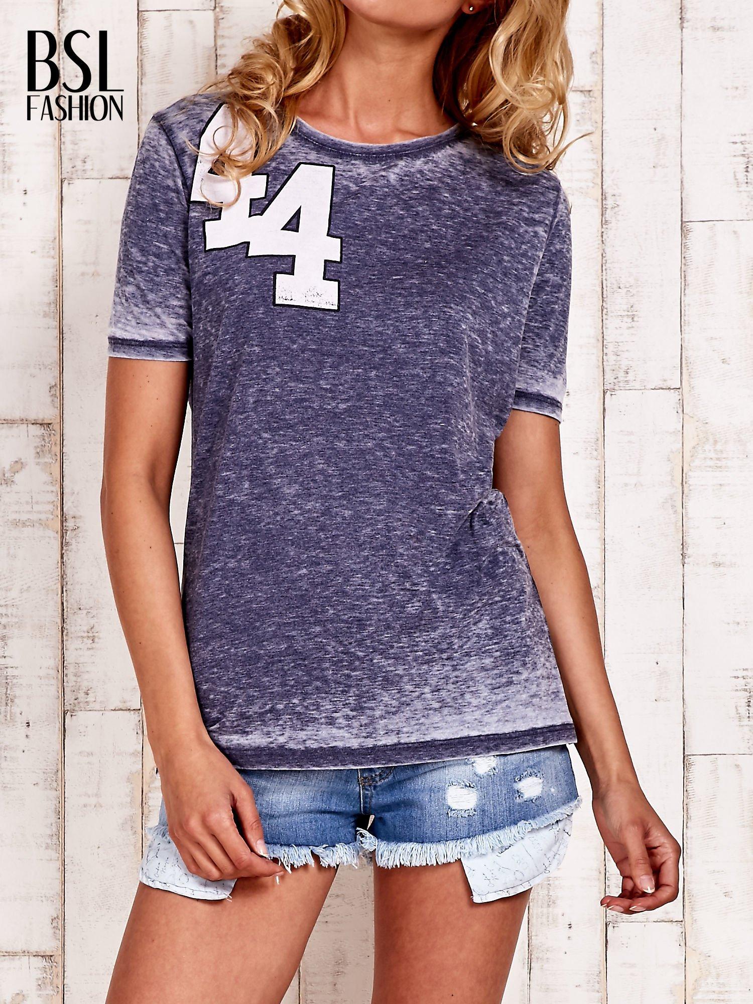 Granatowy t-shirt z numerkiem efekt acid wash                                  zdj.                                  1