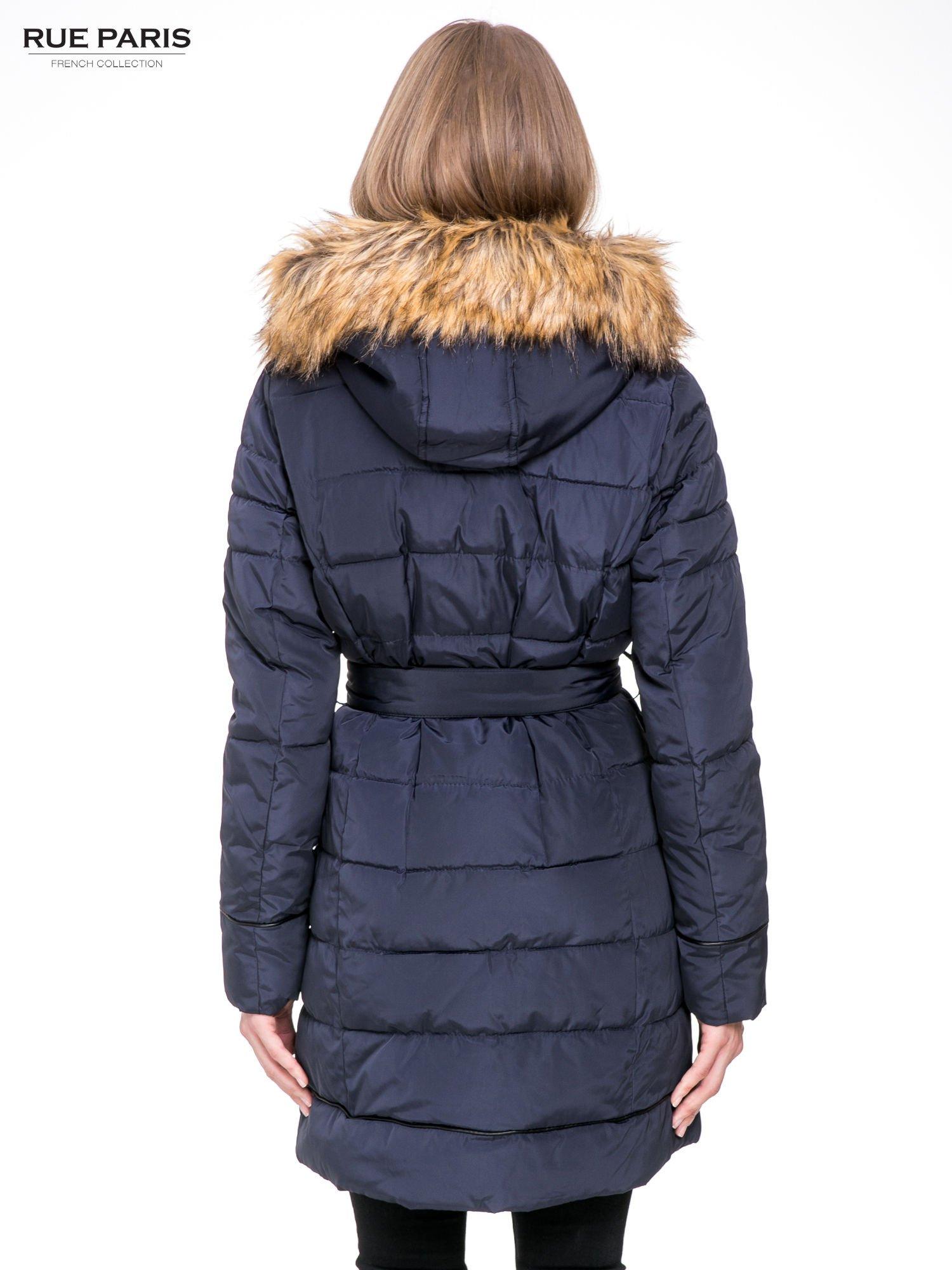 Granatowy taliowany płaszcz puchowy z kapturem z futerkiem                                  zdj.                                  4