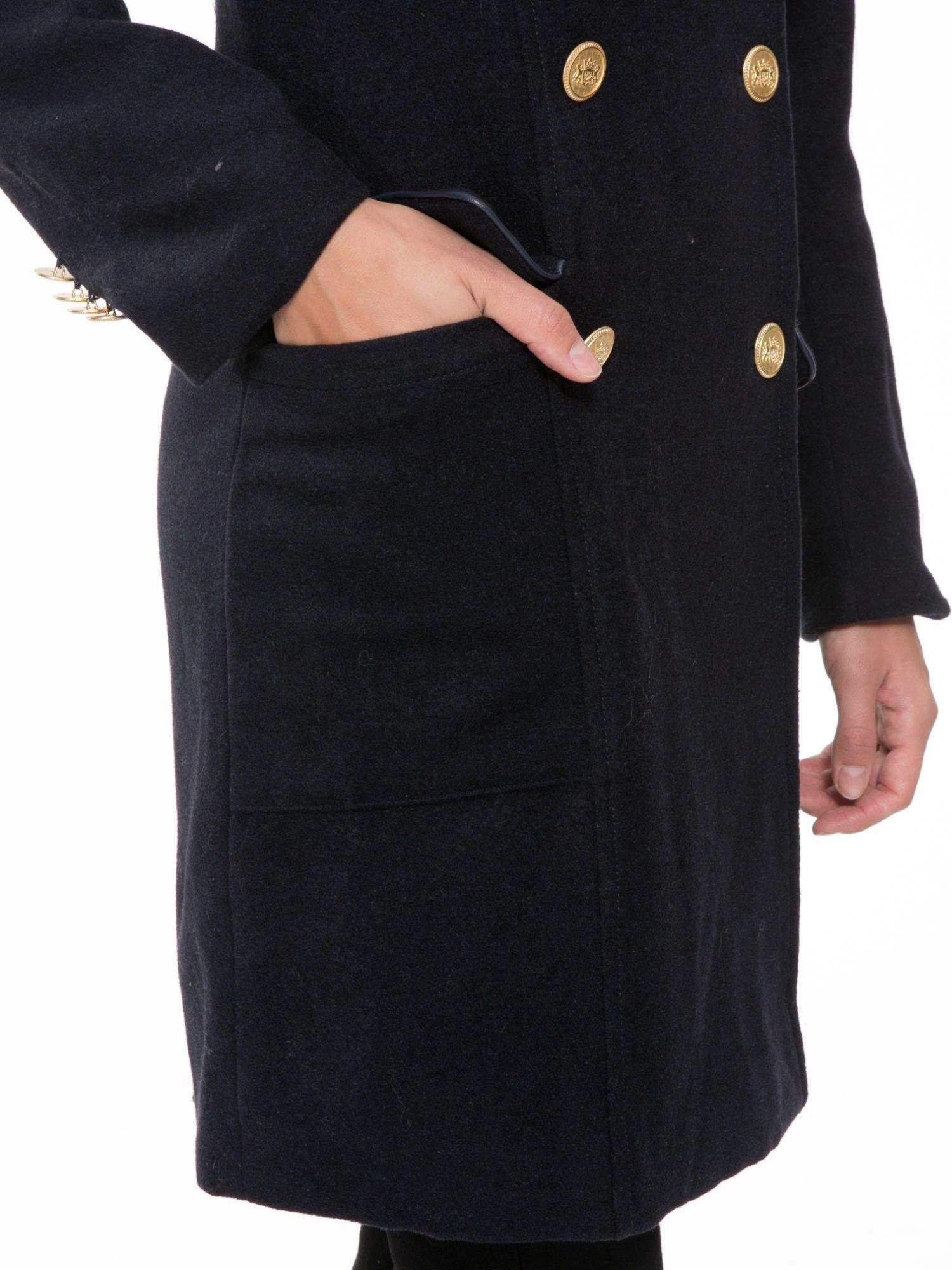 Granatowy wełniany płaszcz dwurzędowy z futrzanym kołnierzem                                  zdj.                                  9