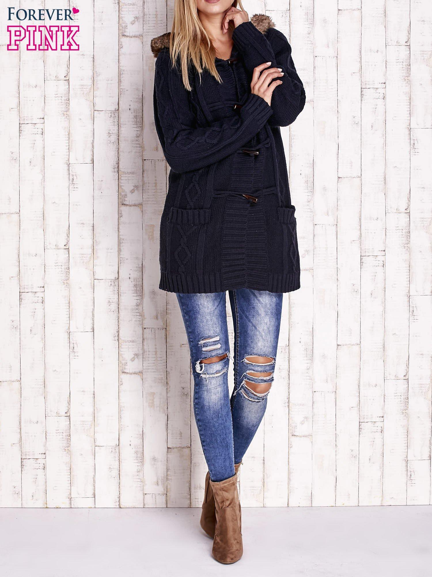 Granatowy wełniany sweter z futrzanym wykończeniem kaptura                                  zdj.                                  2