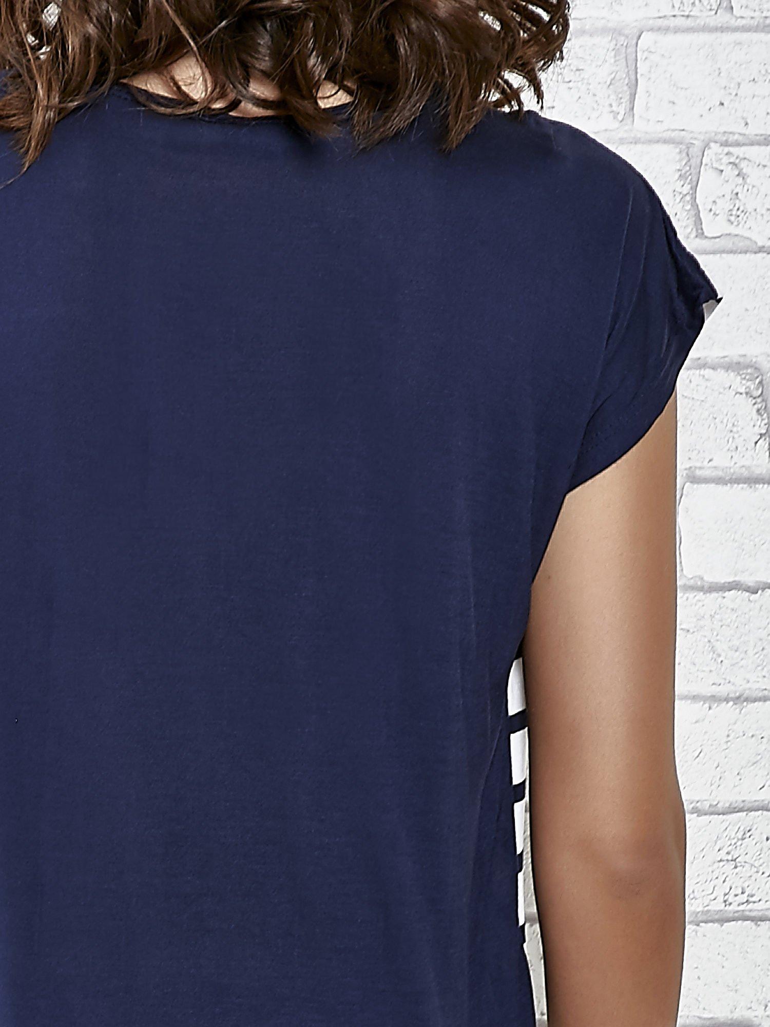 Grantowy t-shirt z motywem pasków                                   zdj.                                  6