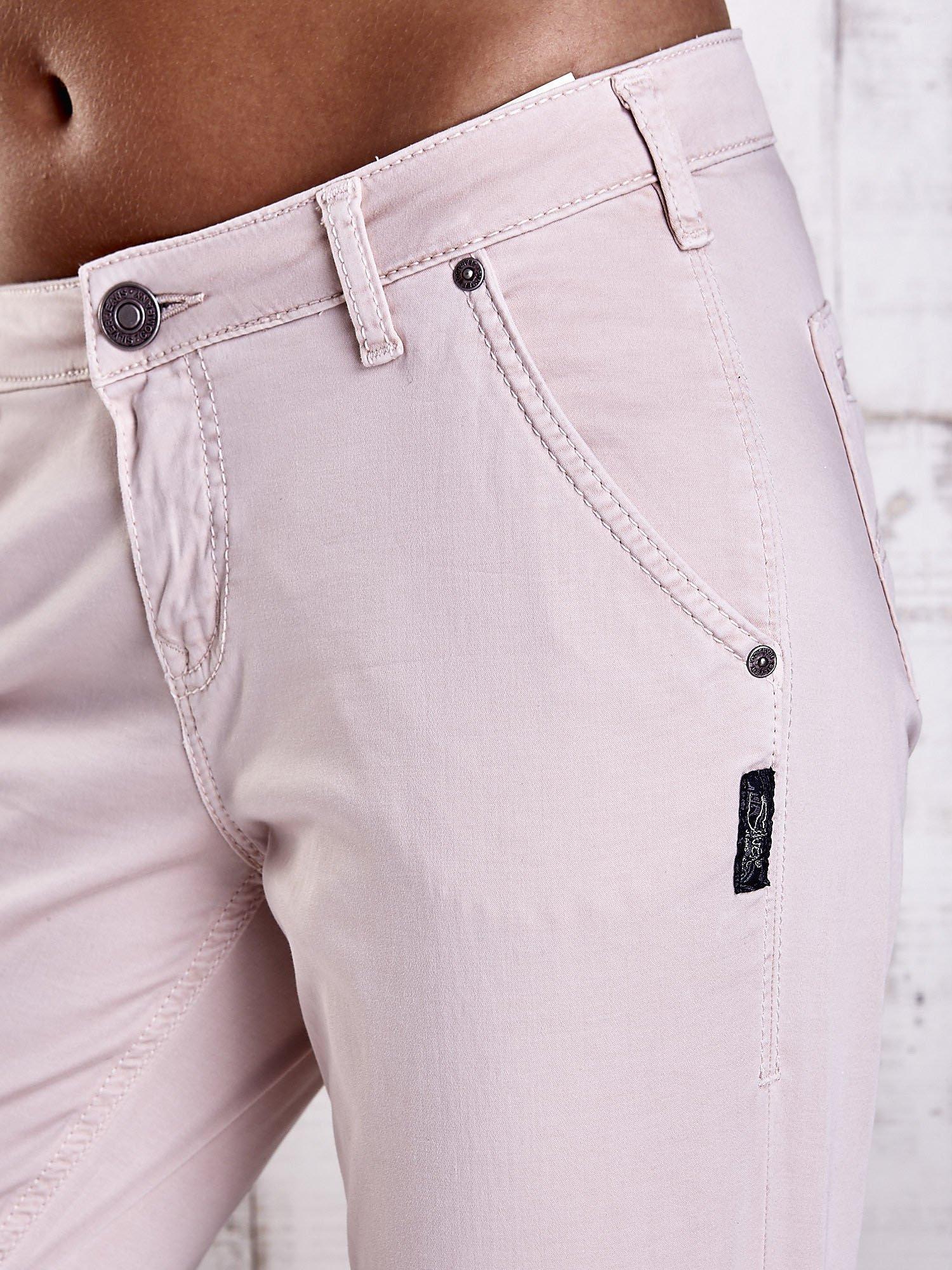 Jasnobeżowe materiałowe spodnie z przeszyciami na kieszeniach                                  zdj.                                  7