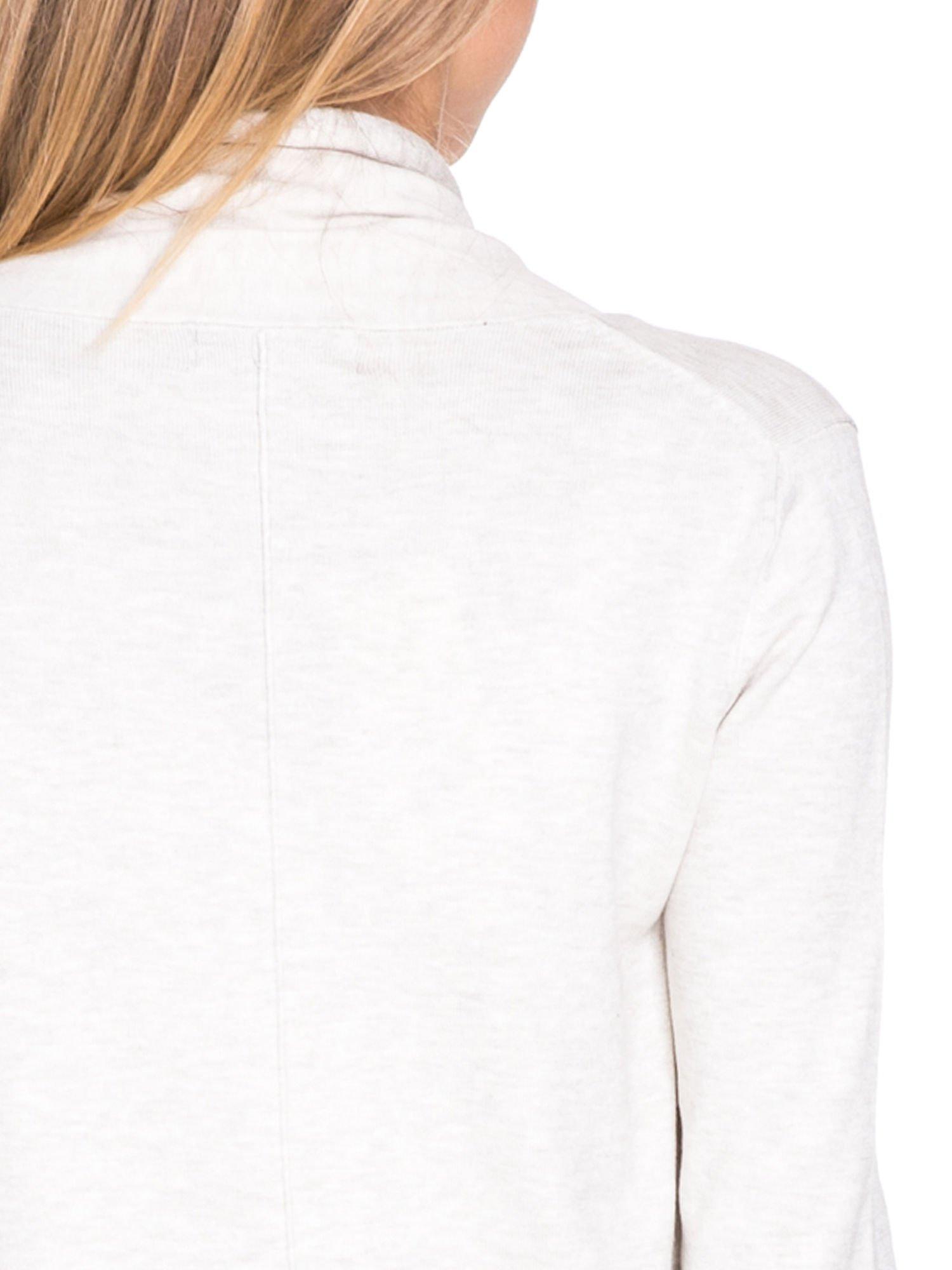 Jasnobeżowy otwarty sweter narzutka z dłuższym tyłem                                  zdj.                                  7