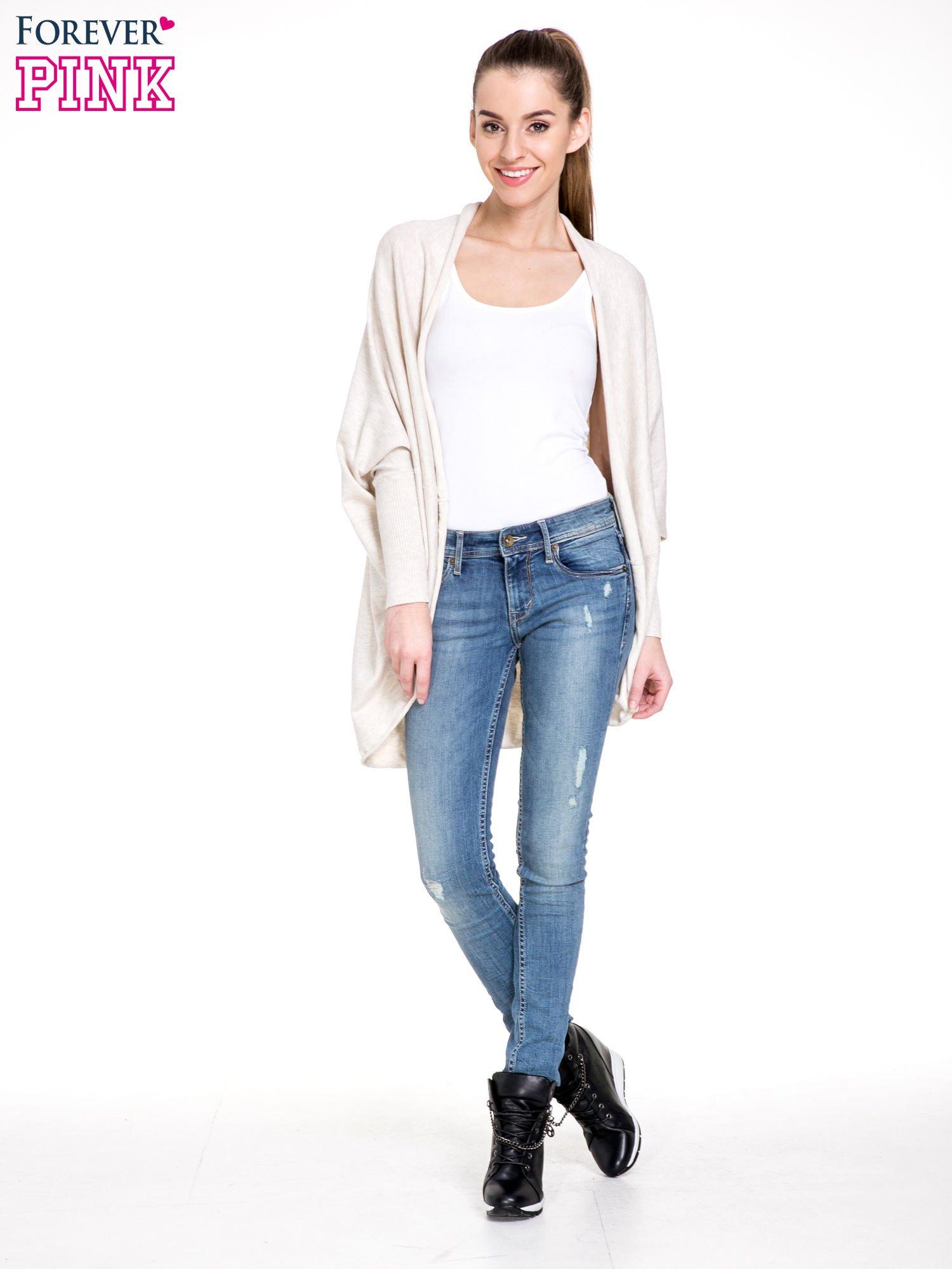 Jasnobeżowy sweter narzutka z nietoperzowymi rękawami                                  zdj.                                  2