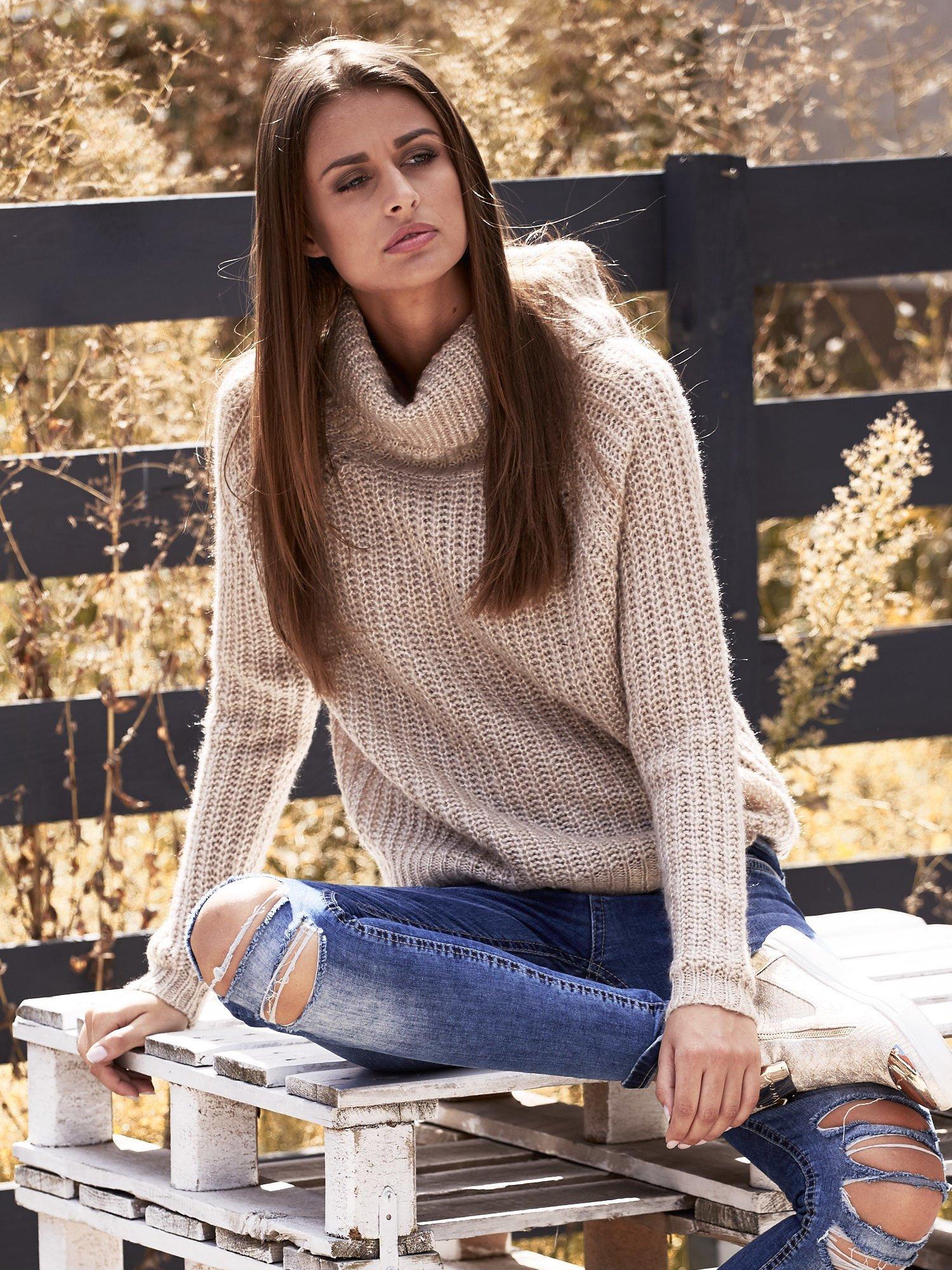 Jasnobeżowy sweter oversize z luźnym golfem                                  zdj.                                  1
