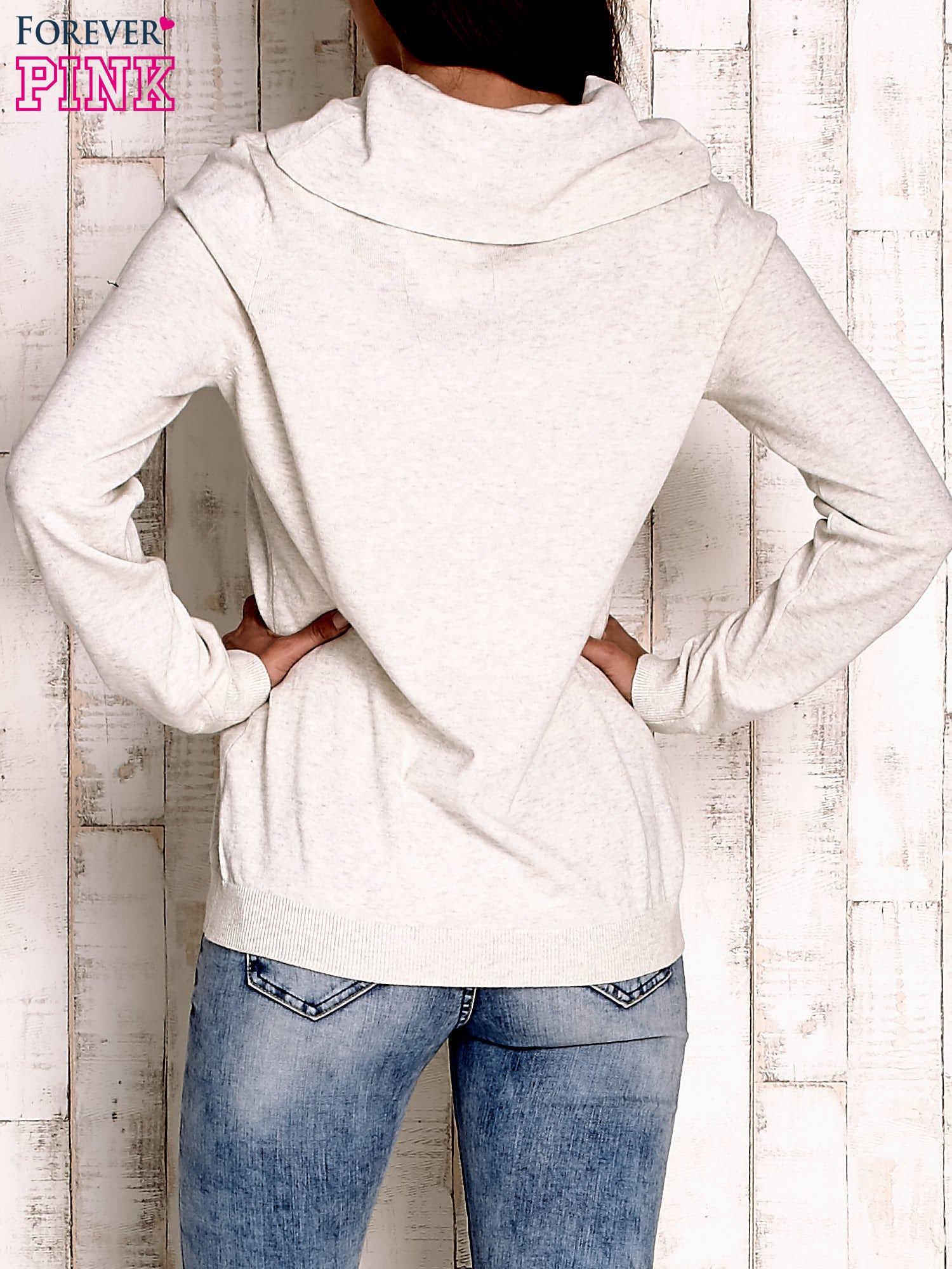 Jasnobeżowy sweter z szerokim golfem                                  zdj.                                  4