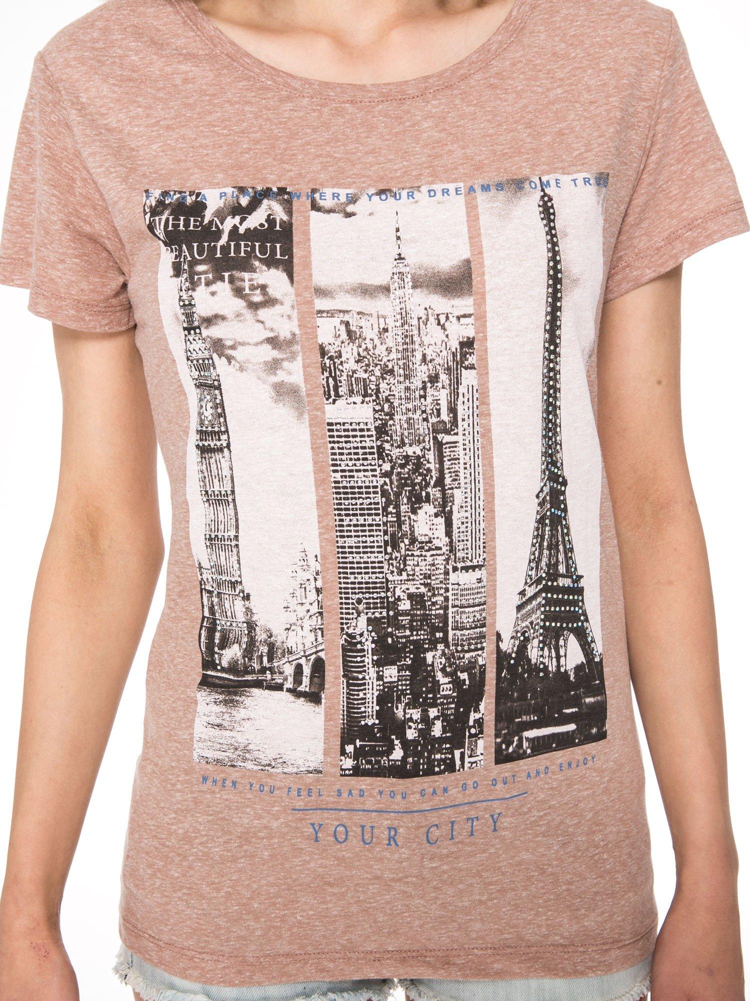 Jasnobordowy t-shirt z fotografiami miast                                  zdj.                                  6