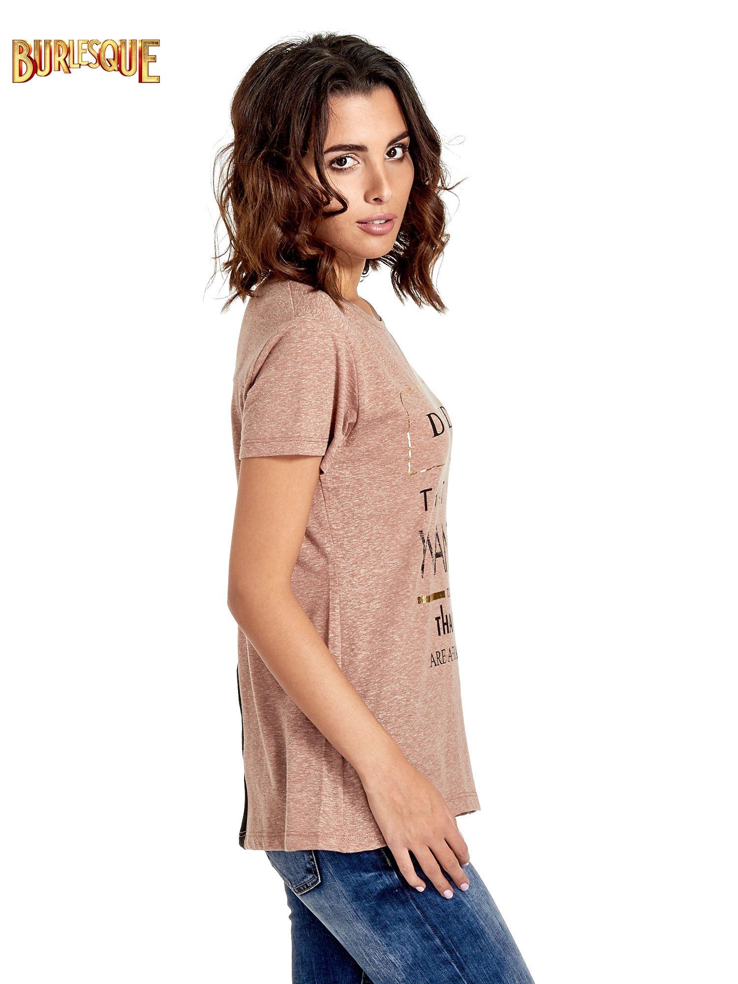 Jasnobordowy t-shirt z motywacyjnym napisem                                  zdj.                                  3