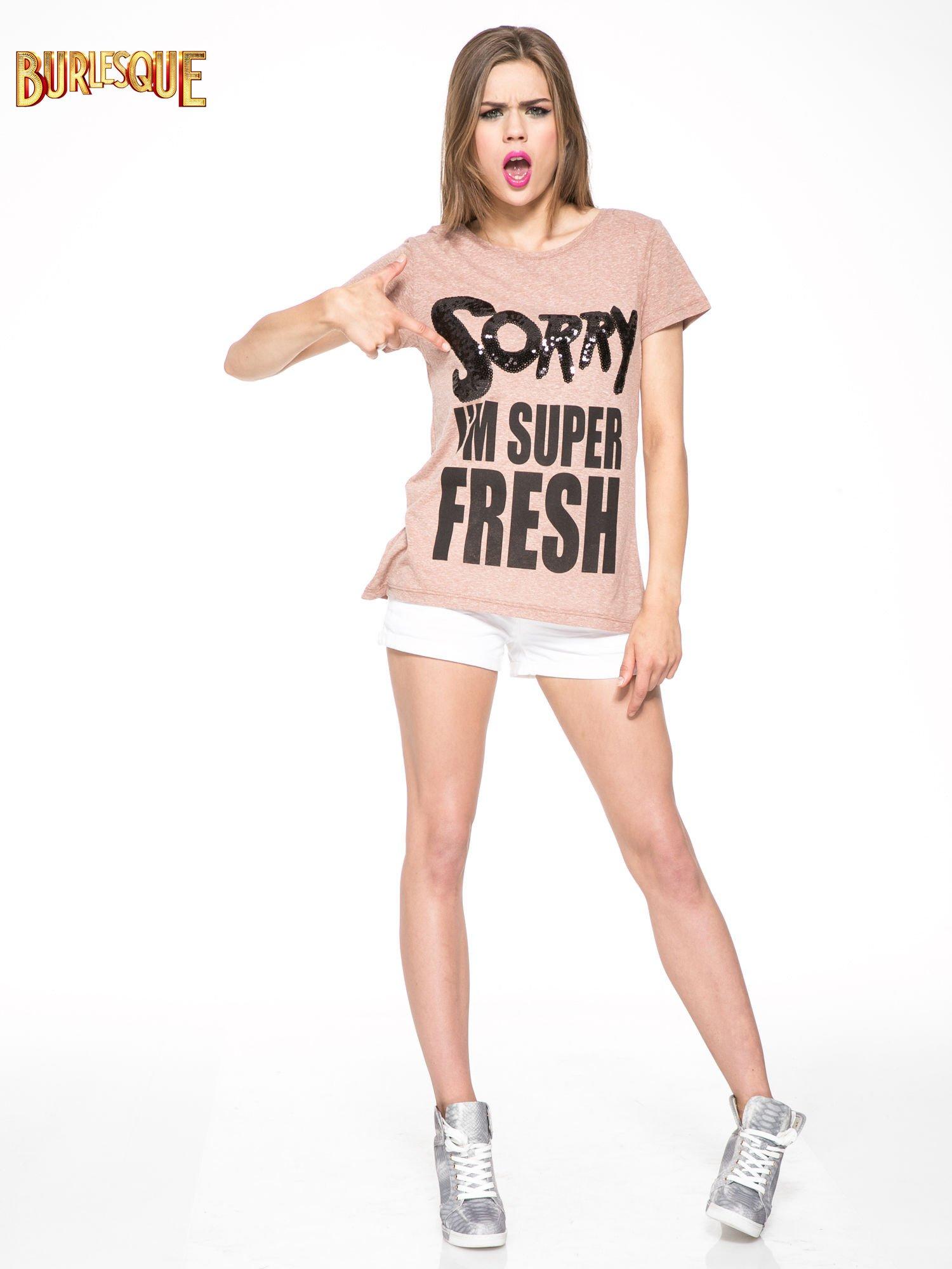 Jasnoborodowy t-shirt z napisem SORRY I'M SUPER FRESH z dżetami                                  zdj.                                  2