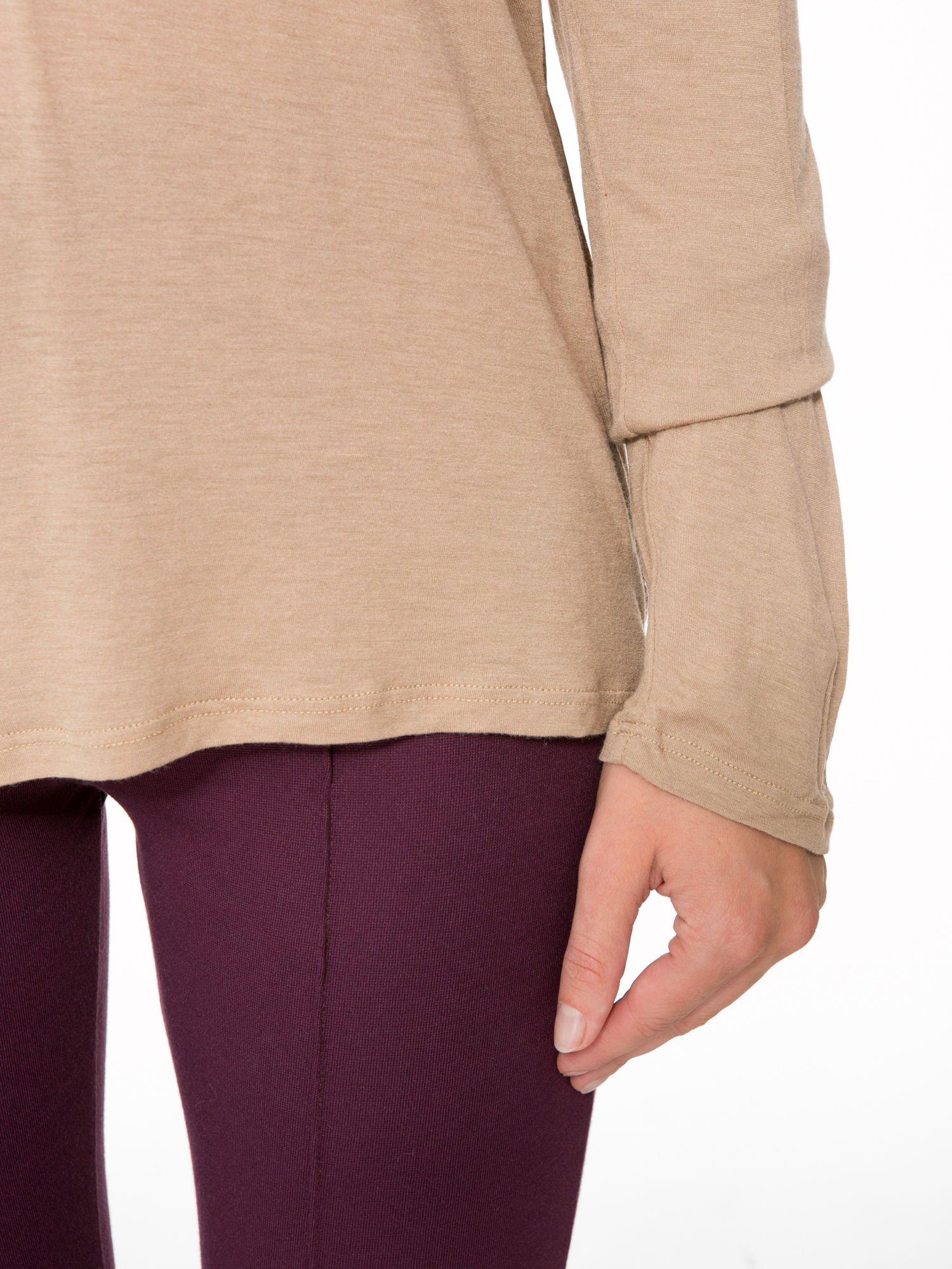 Jasnobrązowa bluzka z atłasowym obszyciem przy dekolcie i kieszonką                                  zdj.                                  6