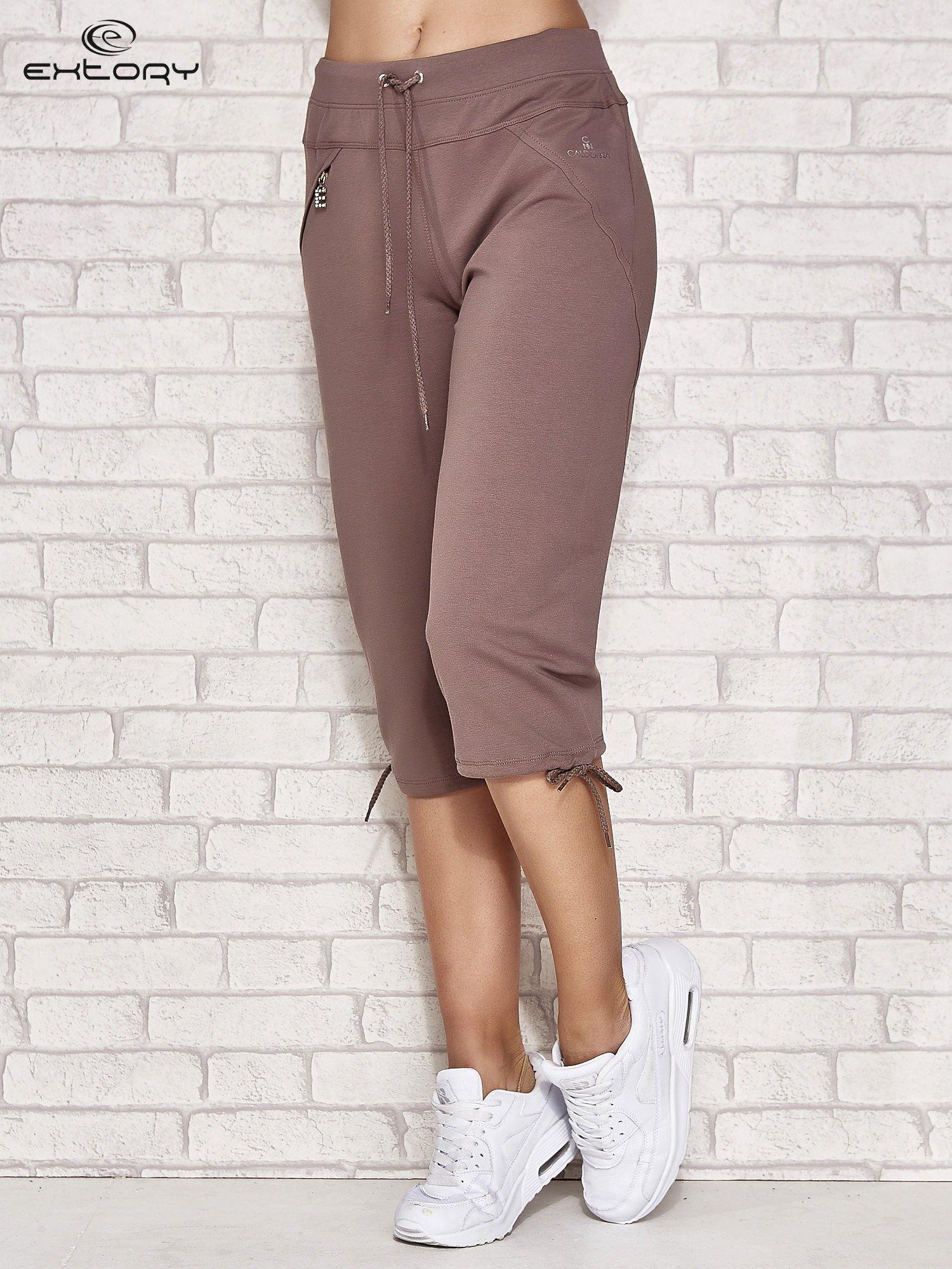 Jasnobrązowe spodnie dresowe capri z kieszonką                                  zdj.                                  1