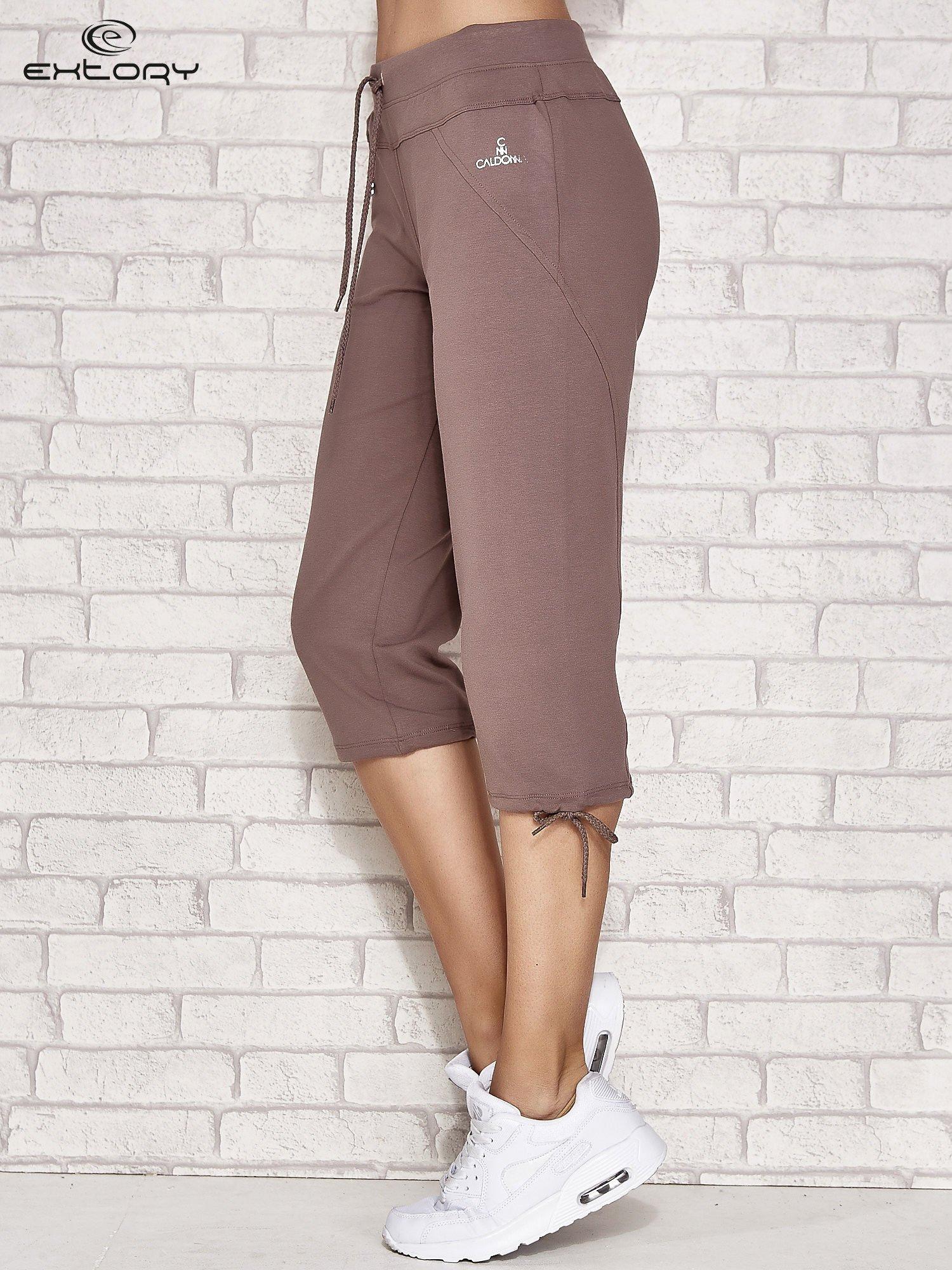 Jasnobrązowe spodnie dresowe capri z kieszonką                                  zdj.                                  2
