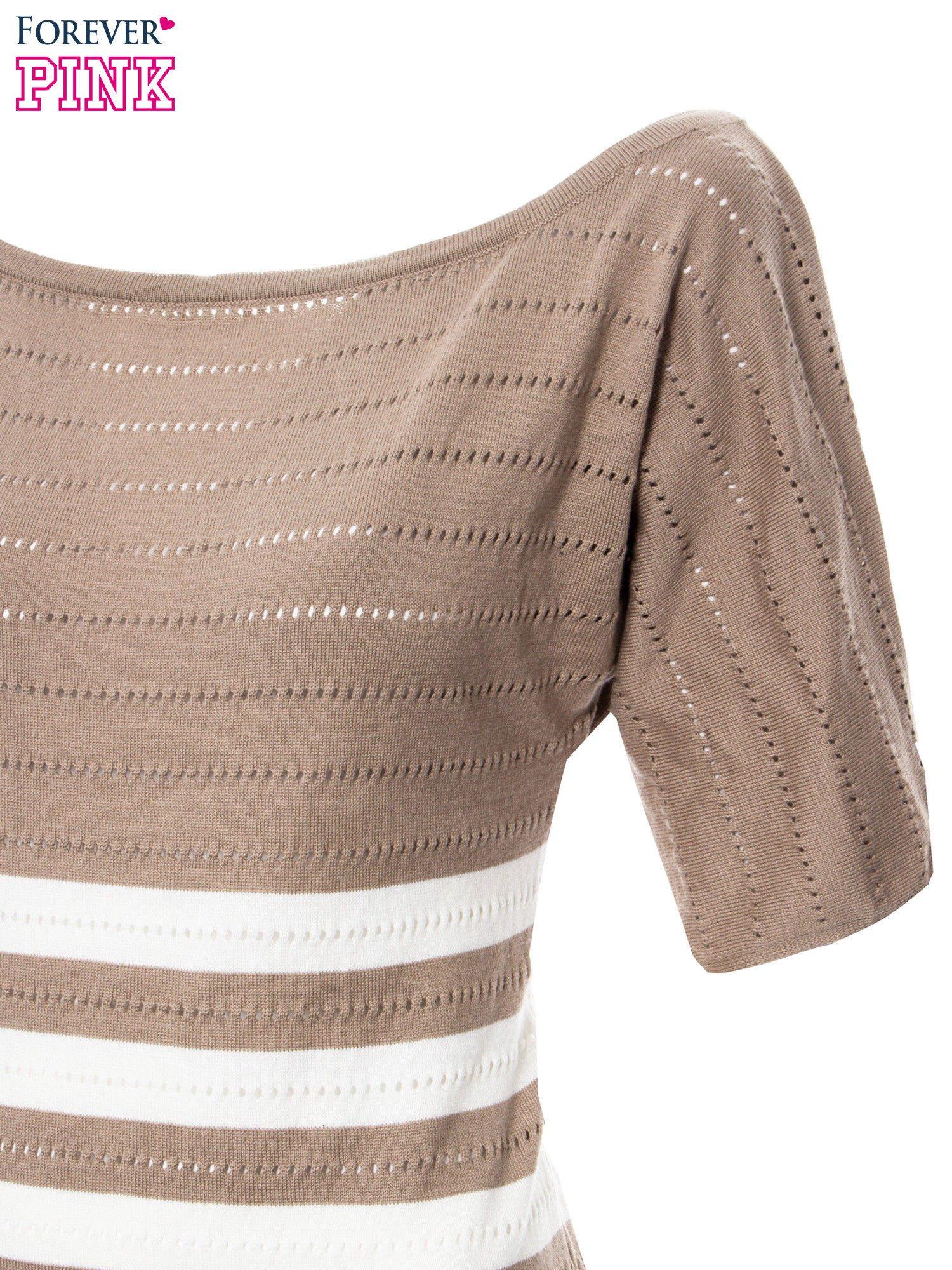 Jasnobrązowy sweter w paski z szerokim dekoltem                                  zdj.                                  6