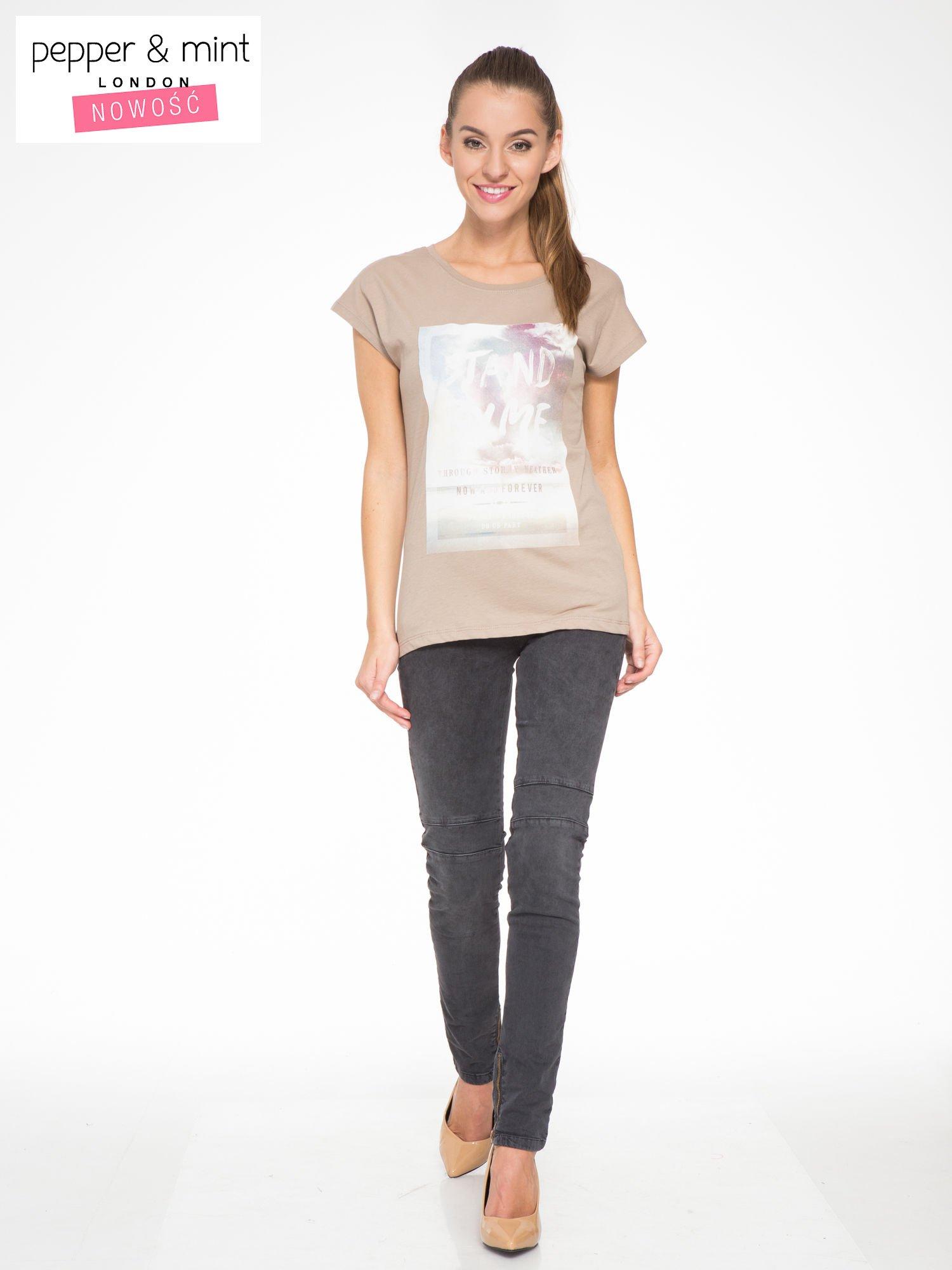 Jasnobrązowy t-shirt z napisem STAND BY ME                                  zdj.                                  5