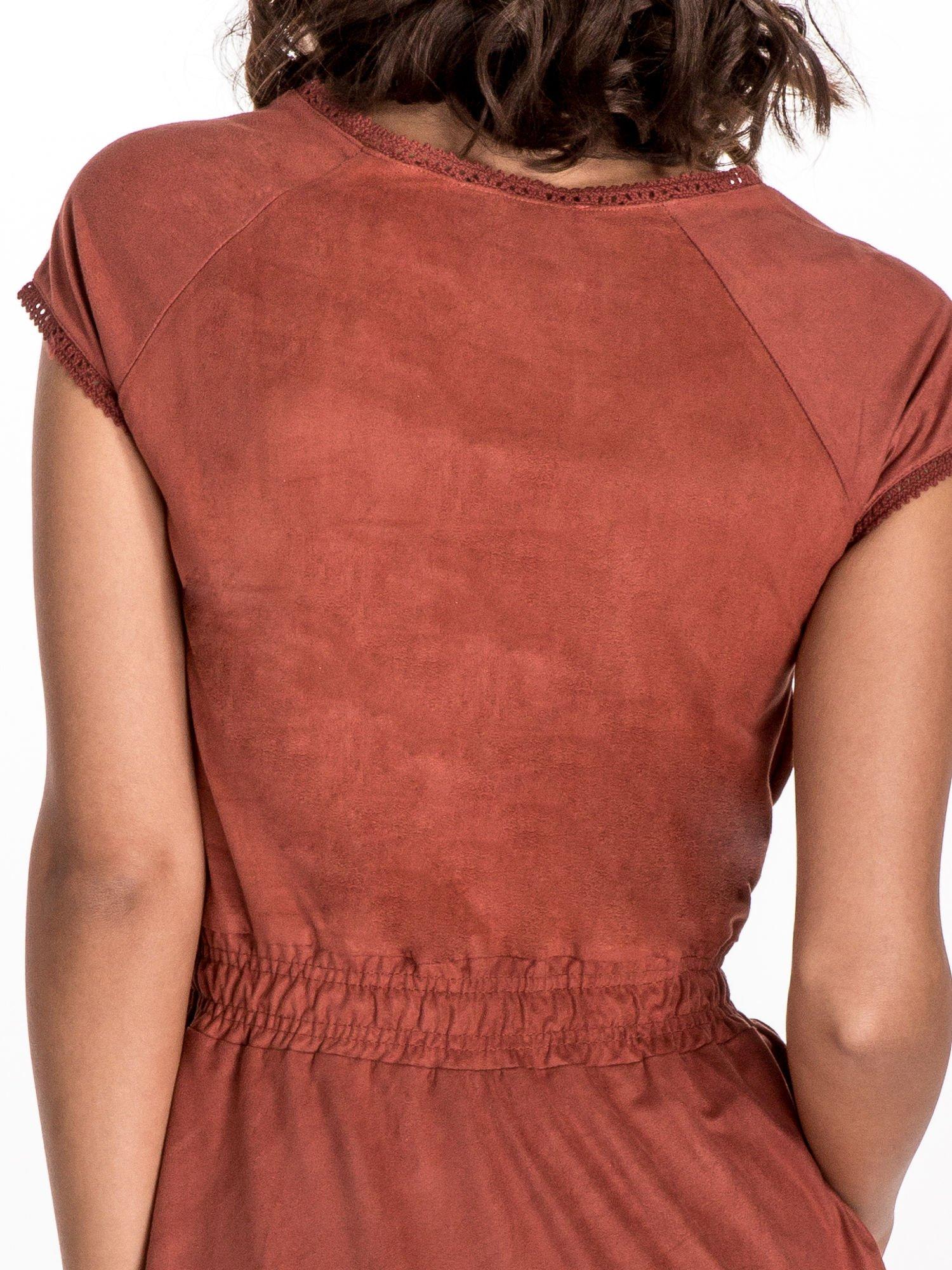 Jasnoczerwona sukienka z zamszu w stylu boho                                  zdj.                                  4