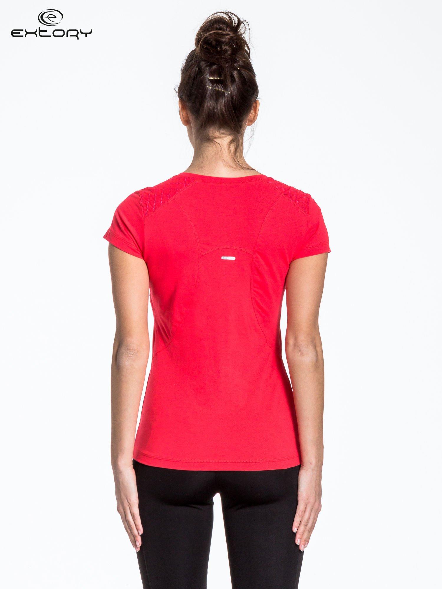 Jasnoczerwony t-shirt sportowy z pikowaną wstawką                                  zdj.                                  3