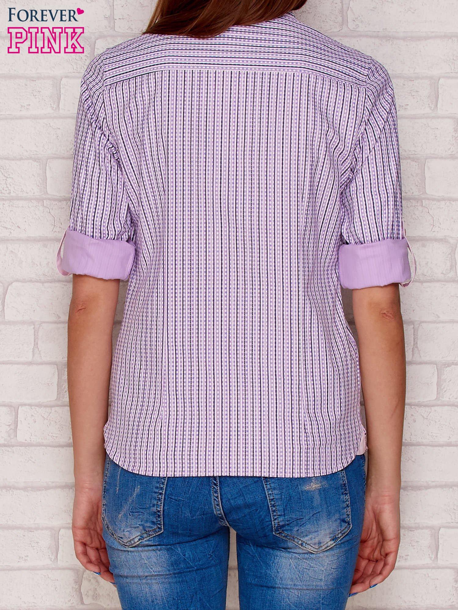 Jasnofioletowa koszula w drobny pionowy wzór