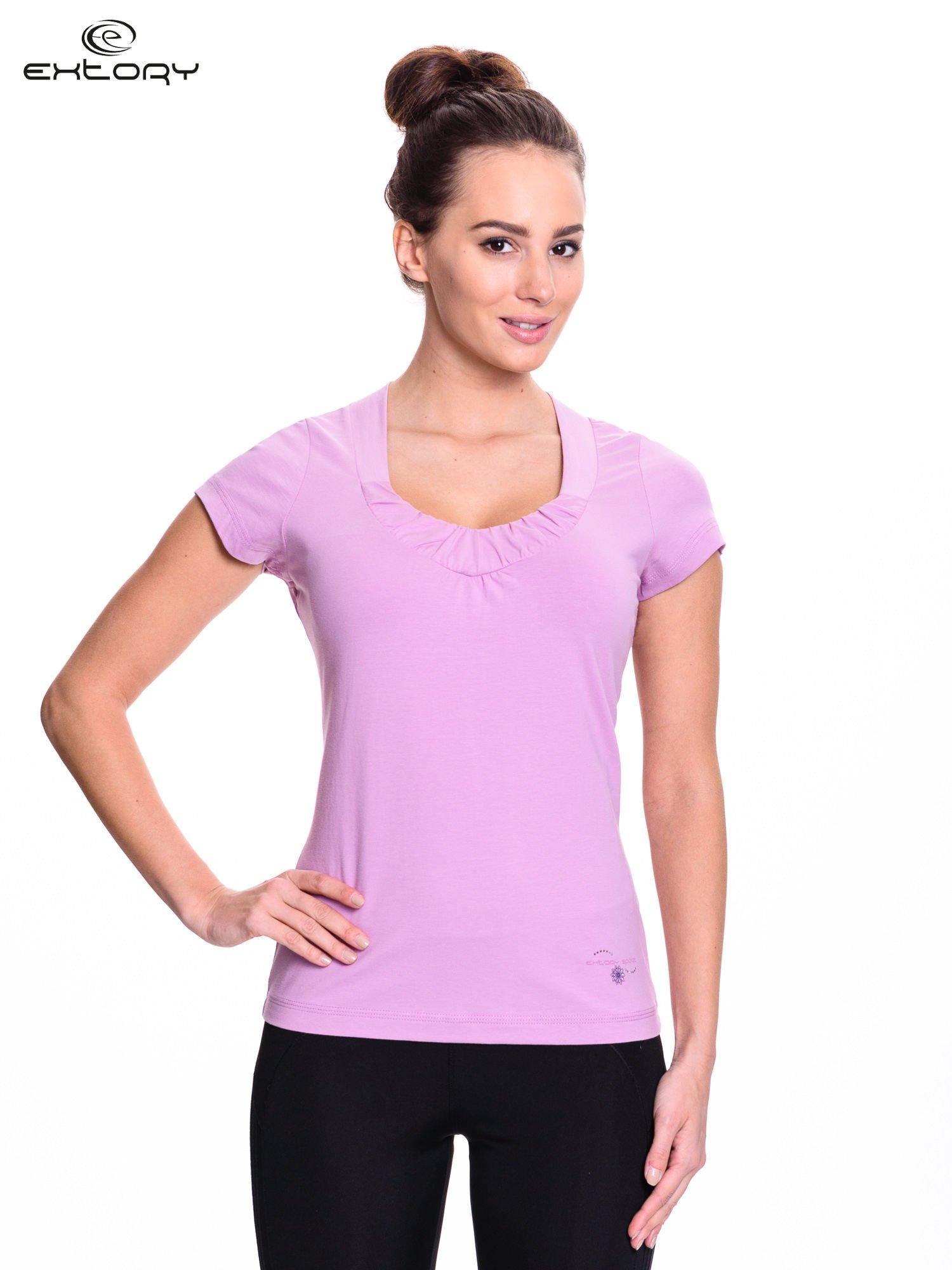 Jasnofioletowy damski t-shirt sportowy z marszczonym dekoltem                                  zdj.                                  1