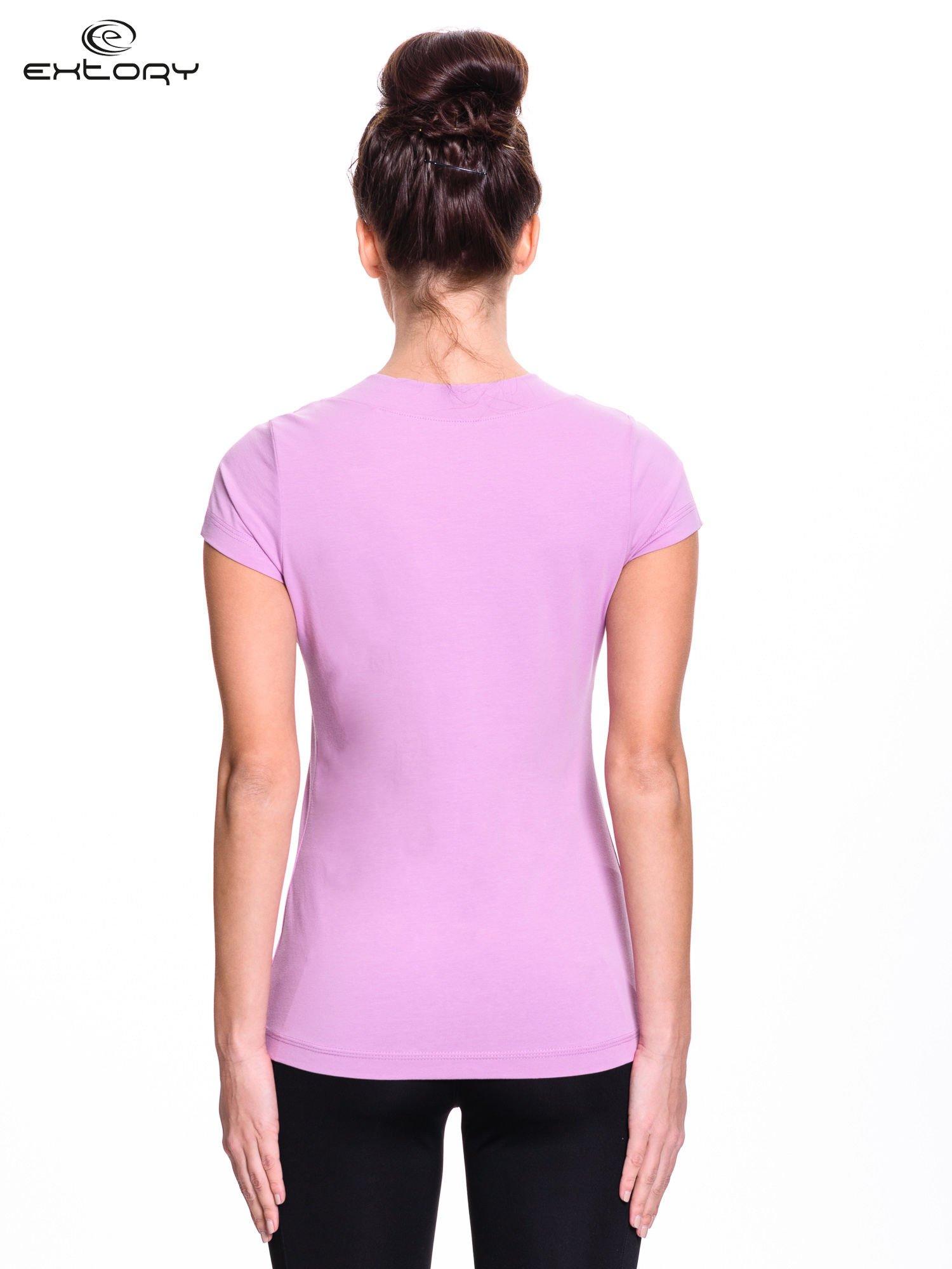 Jasnofioletowy damski t-shirt sportowy z marszczonym dekoltem                                  zdj.                                  4