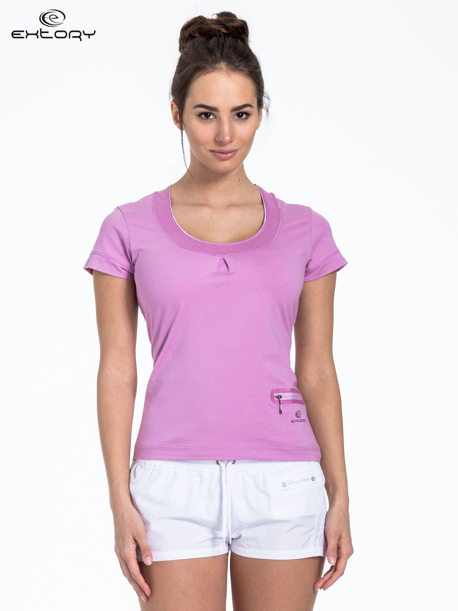 Jasnofioletowy t-shirt sportowy z kieszonką i ozdobnym dekoltem                                  zdj.                                  1