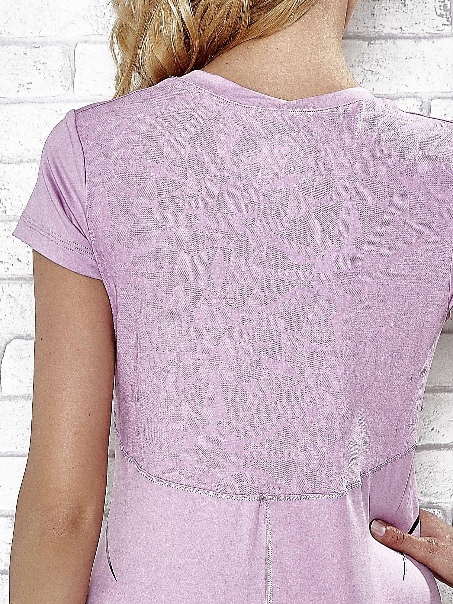 Jasnofioletowy t-shirt z modelującymi przeszyciami                                  zdj.                                  5