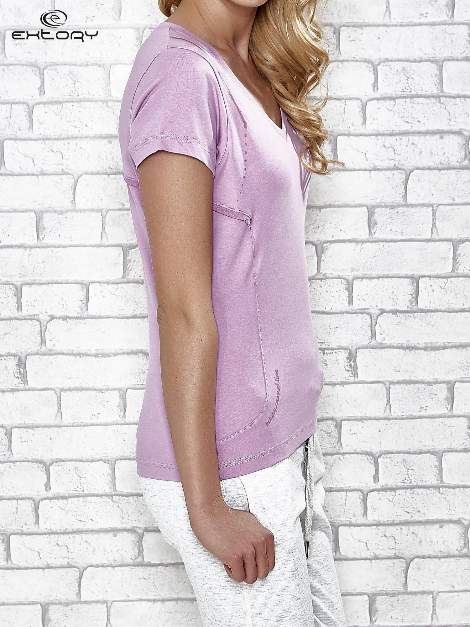 Jasnofioletowy t-shirt z trójkątnym dekoltem                                  zdj.                                  3