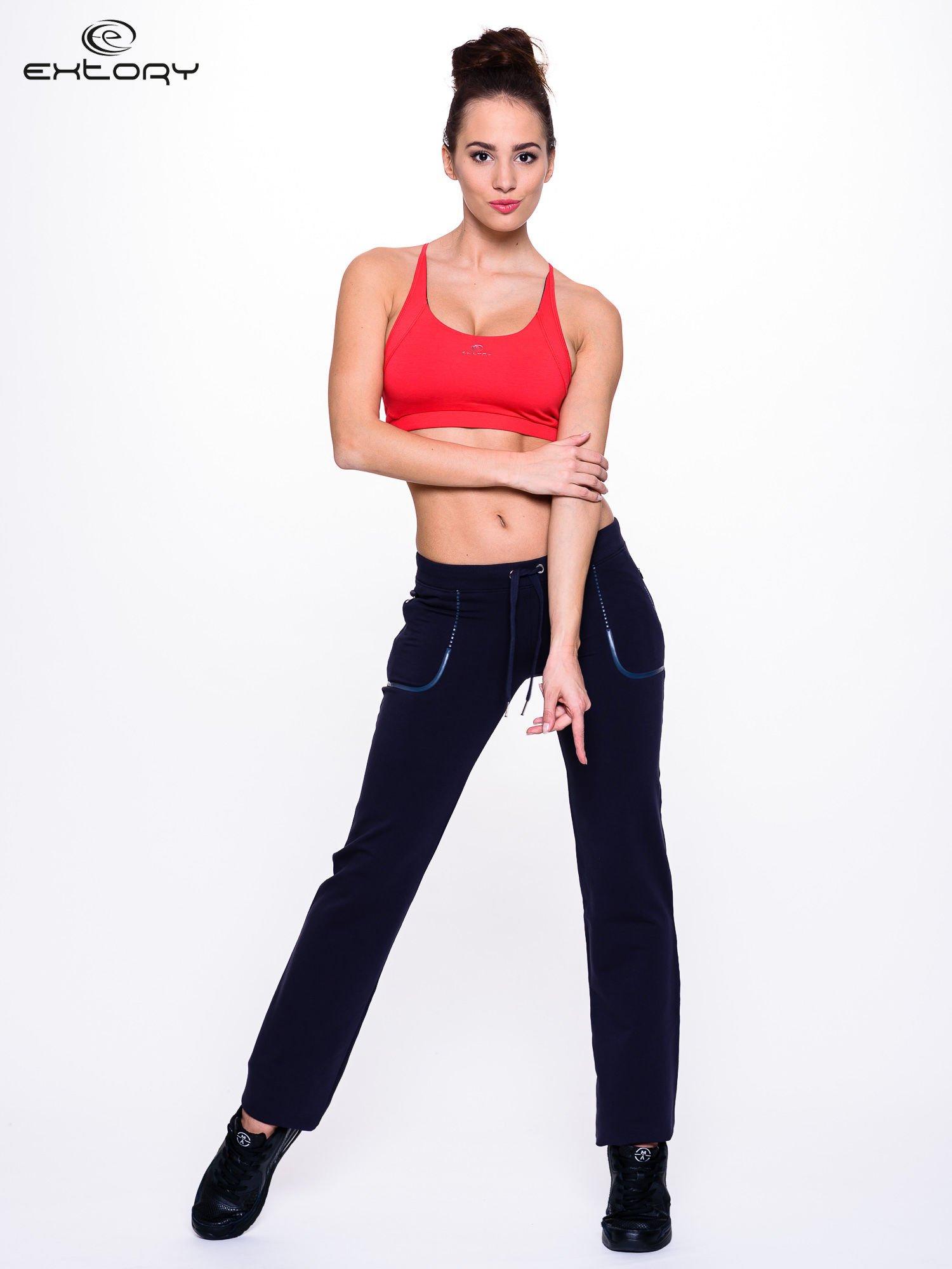 Jasnogranatowe spodnie dresowe ze skórzaną lamówką                                  zdj.                                  4